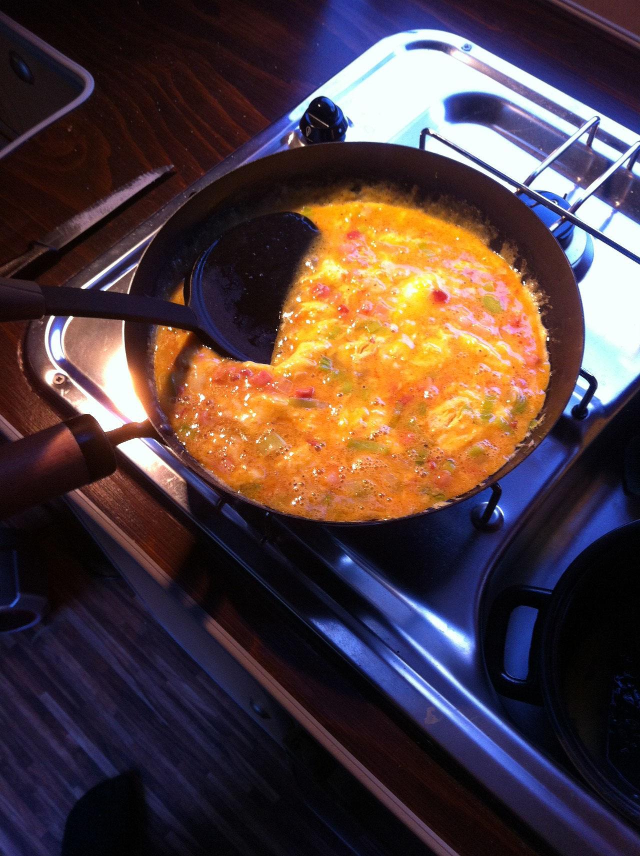 4-6 Eier mit etwas Milch verquirrlen, mt salz u Pfeffer sowie Paprika würzen, eine gute Hand voll reibkäse untermengen und dazugeben. Das ganze nun stocken lassen, dann zerreissen und weiter anbraten bis die gewünschte Konsistenz erreicht ist.