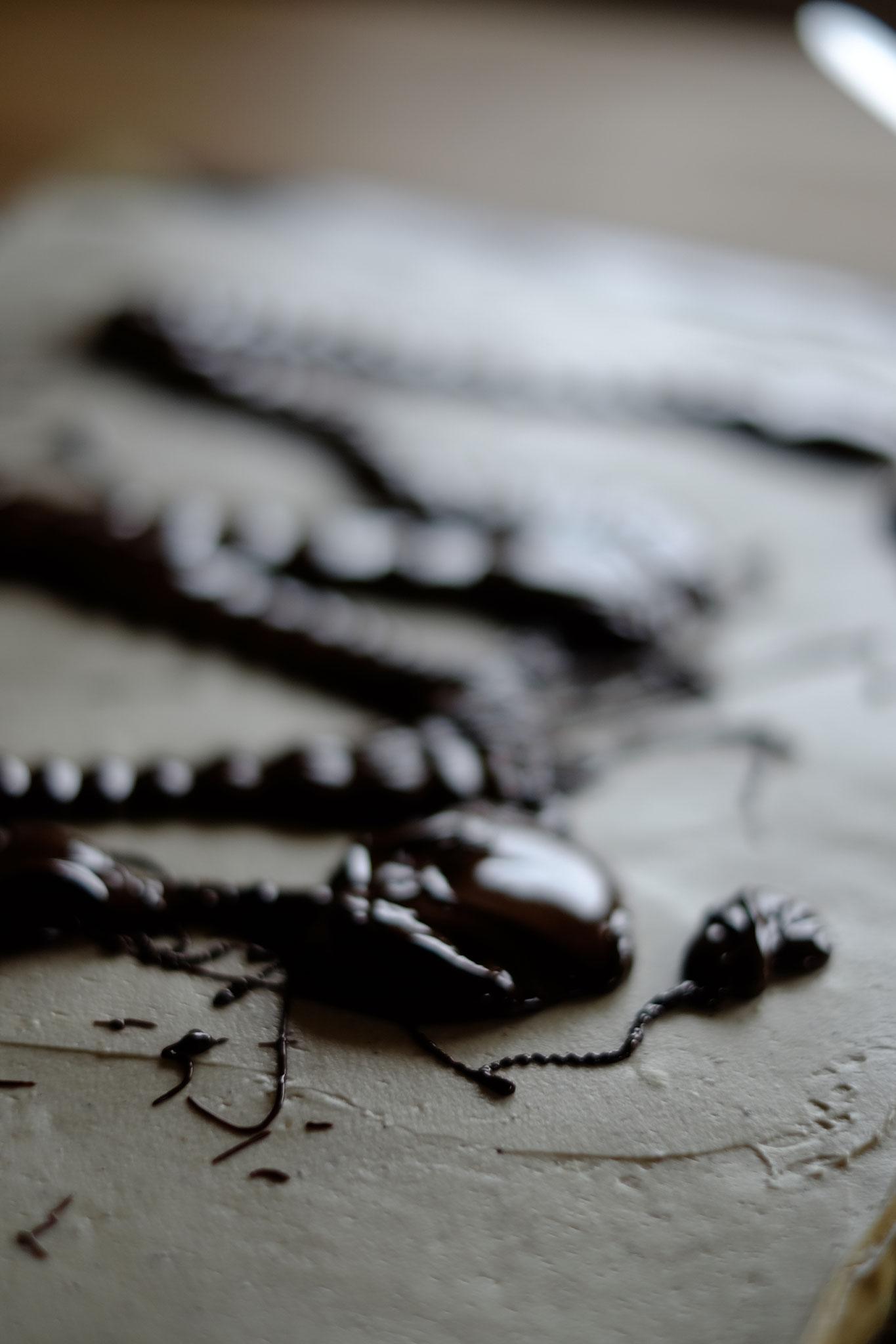 die geschmolzene Schokolade auf die kalte Creme geben