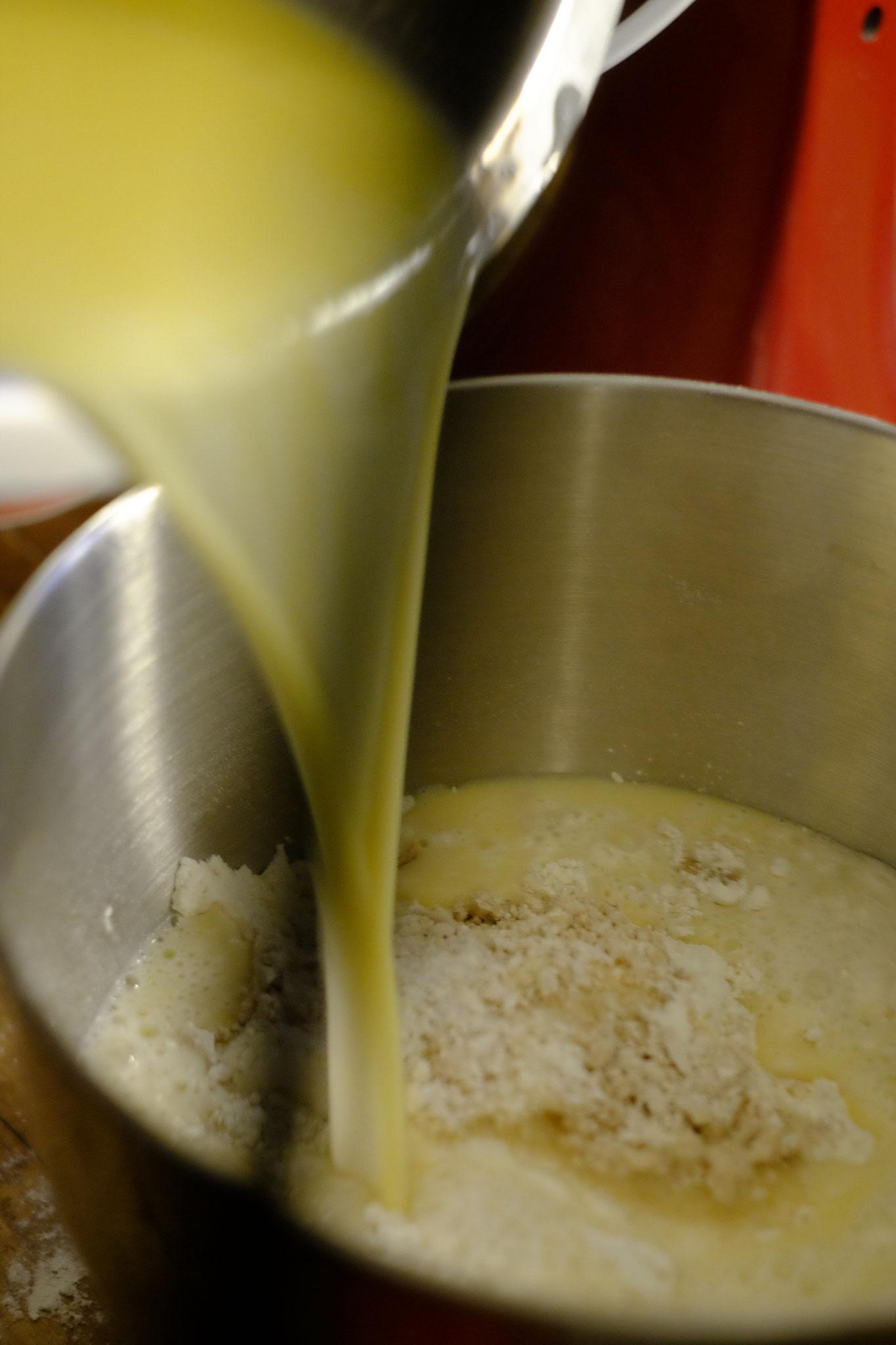 Die lauwarme Hafermilch + Margarine zugeben