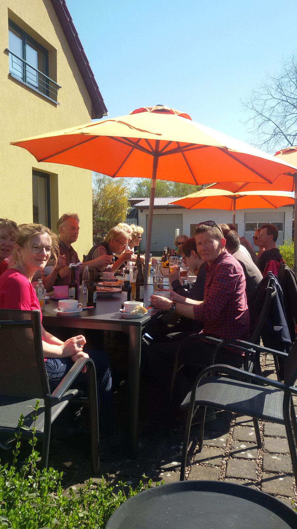 Gemeinschaftlicher Abschluss auf der Terasse des Pilgercafe