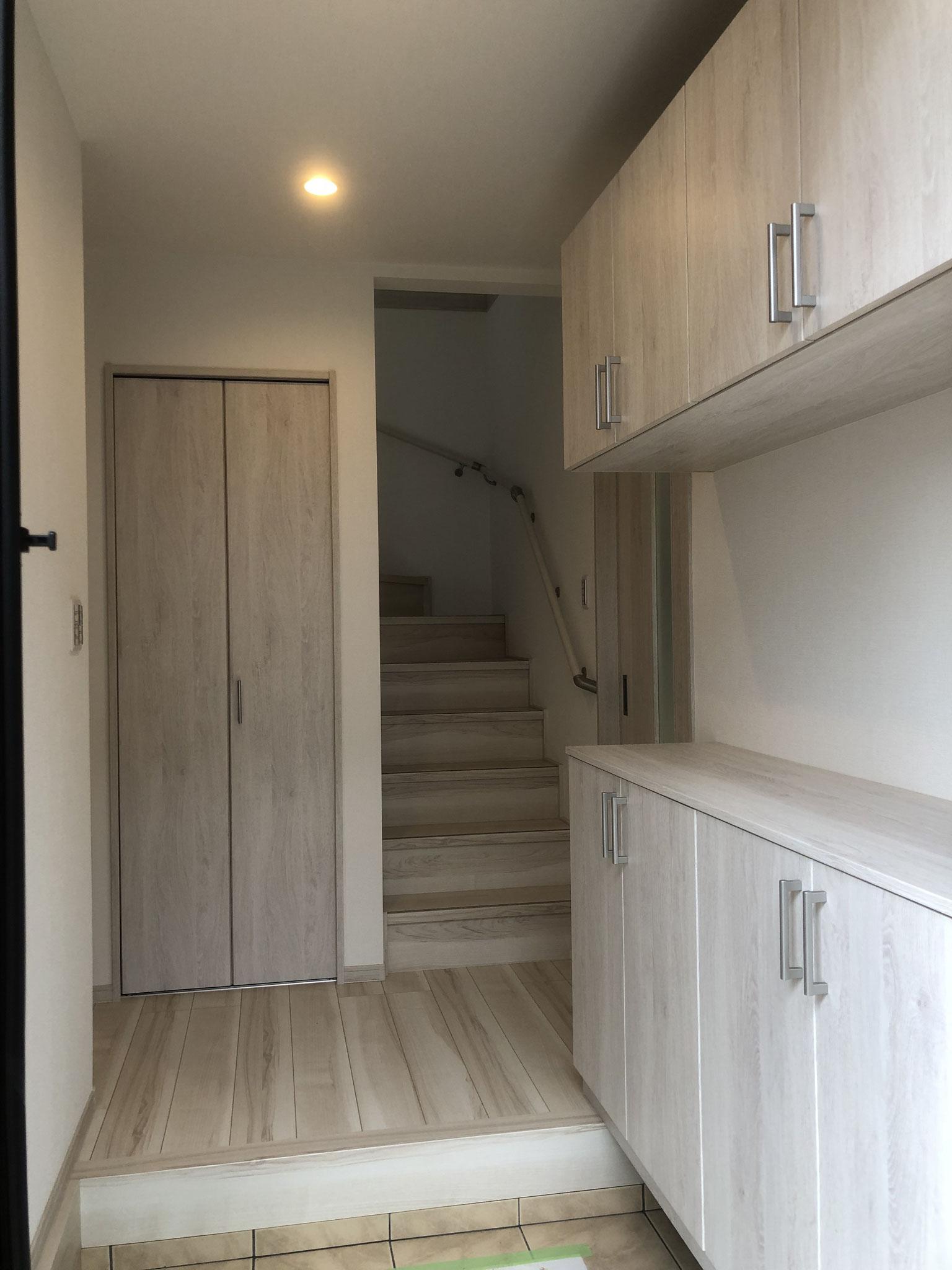 玄関収納は、上下セパレートのタイプで、真ん中の空間を広く使えます。玄関廻りに収納が2カ所あります。