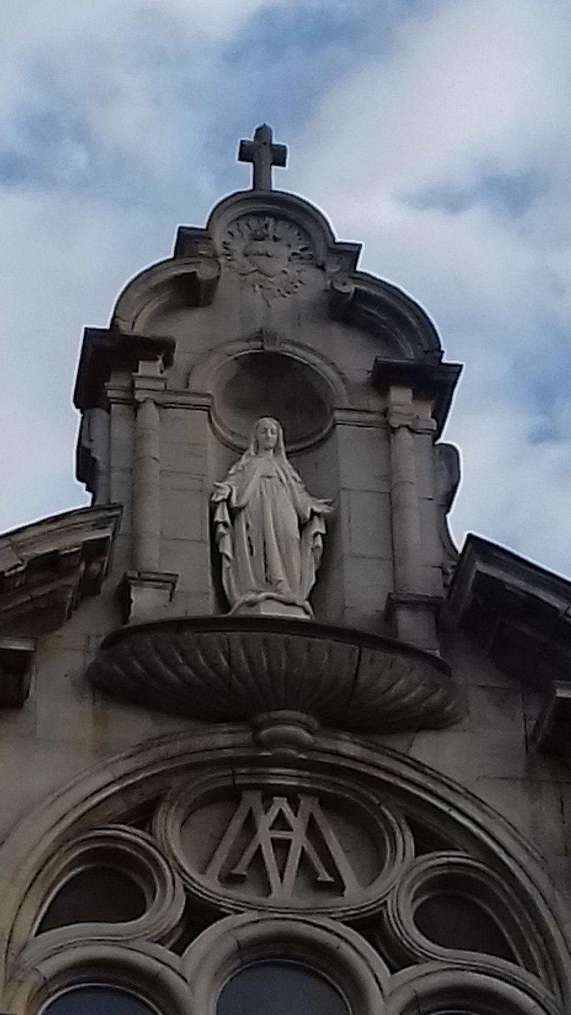 Marie veille sur ses enfants, au fronton de l'ancienne chapelle