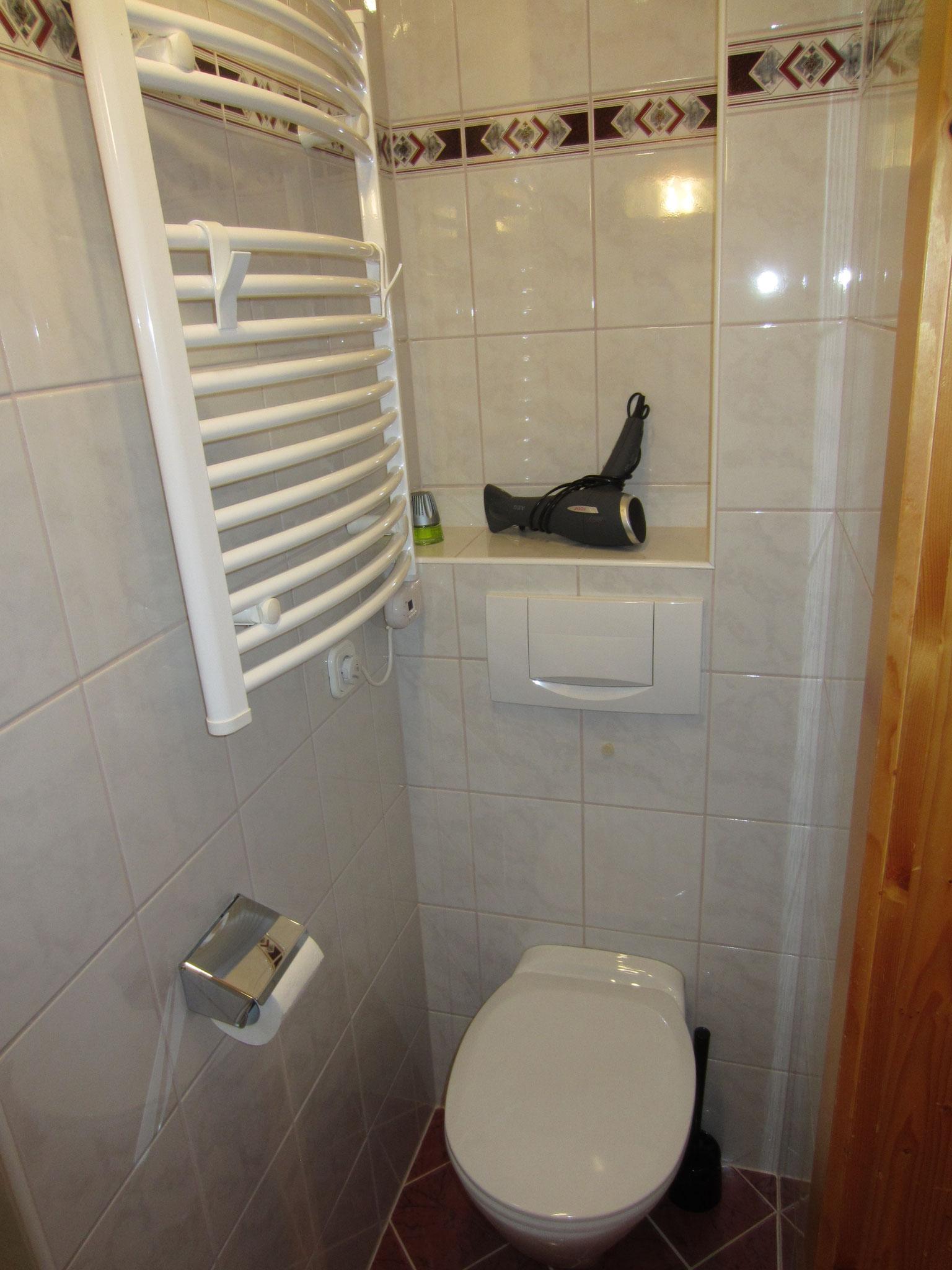 """Zirbenwald Lodge - WC zum Schlafzimmer """"Fichte"""""""