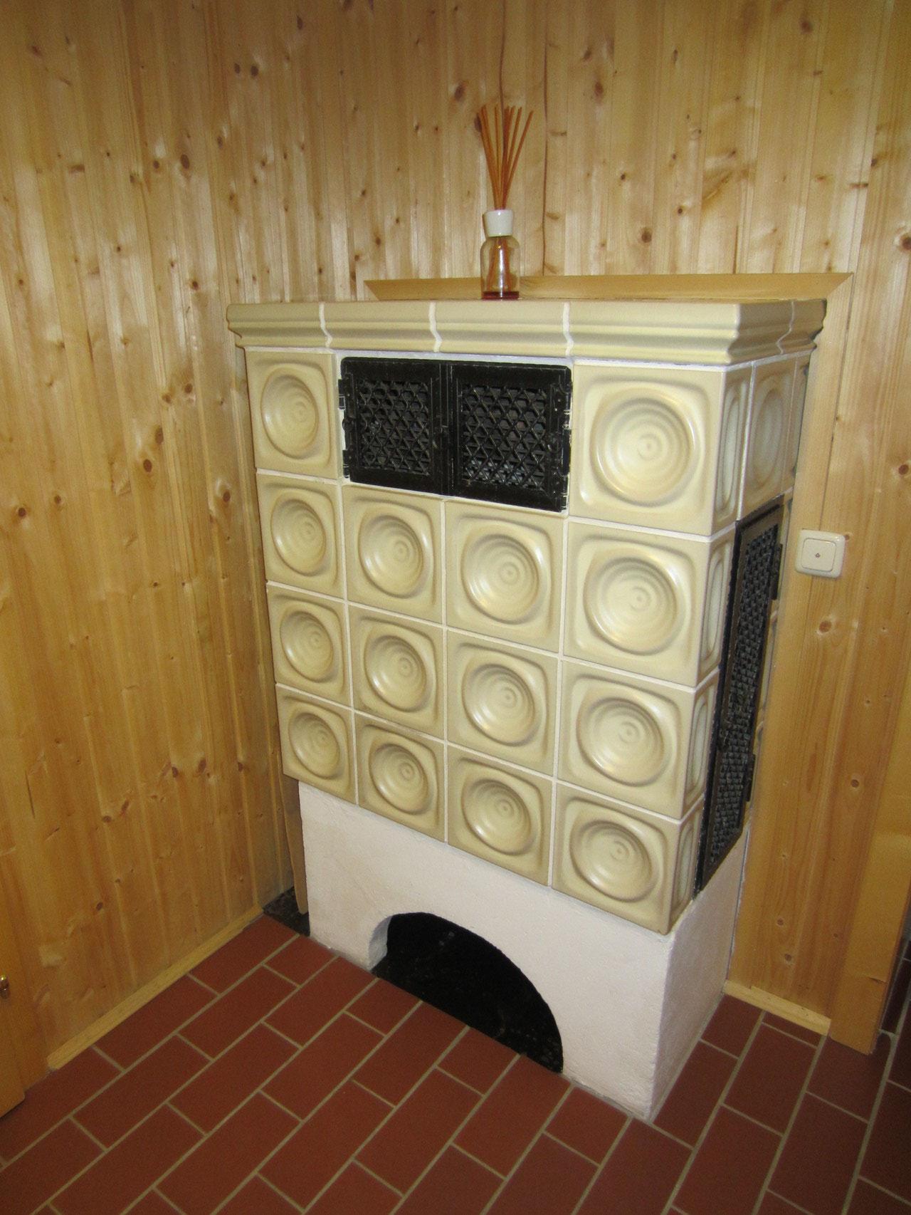 Zirbenwald Lodge - gemütlicher Kachelofen im Eingangsbereich