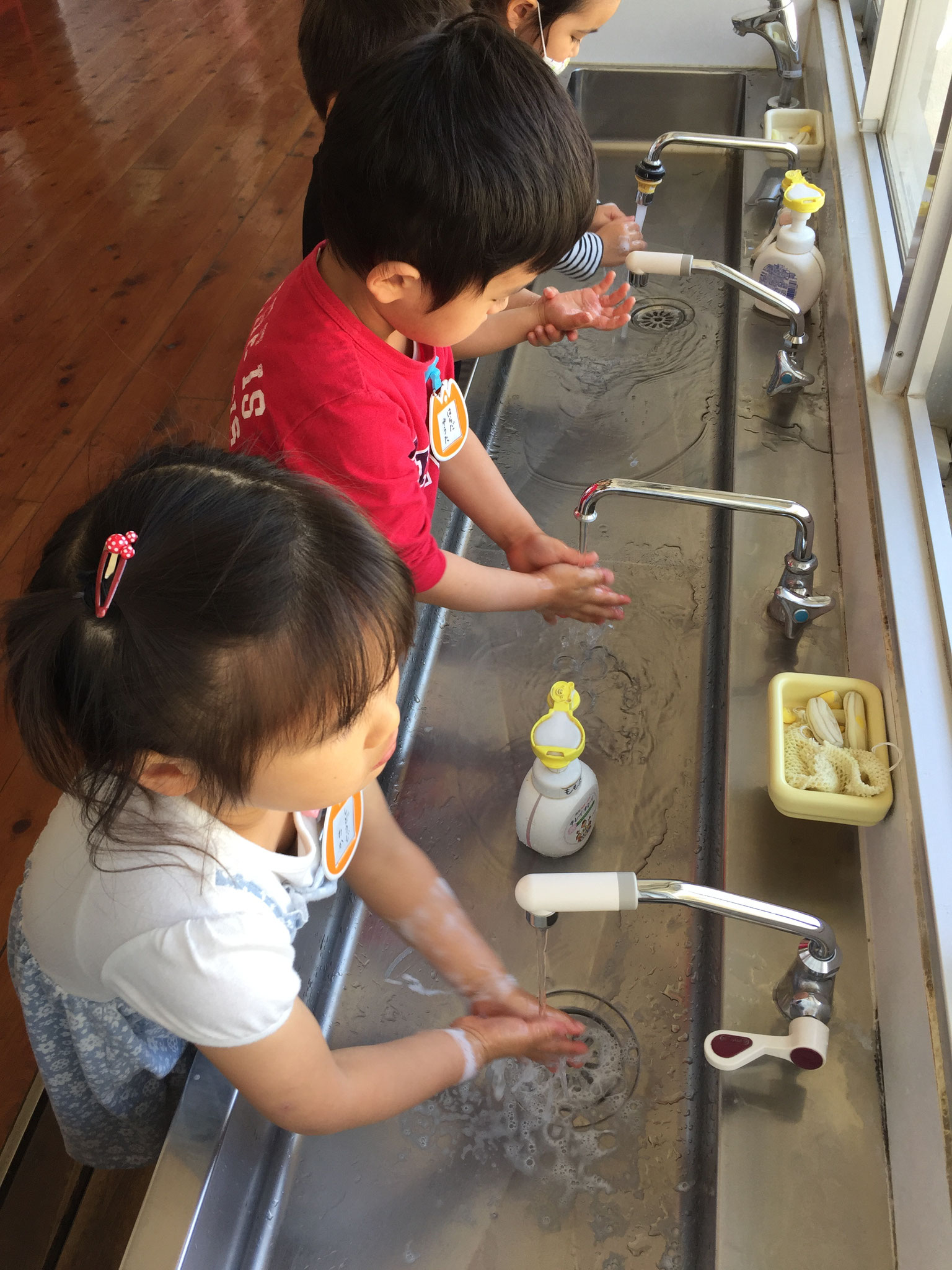 手洗いも習慣になりました。