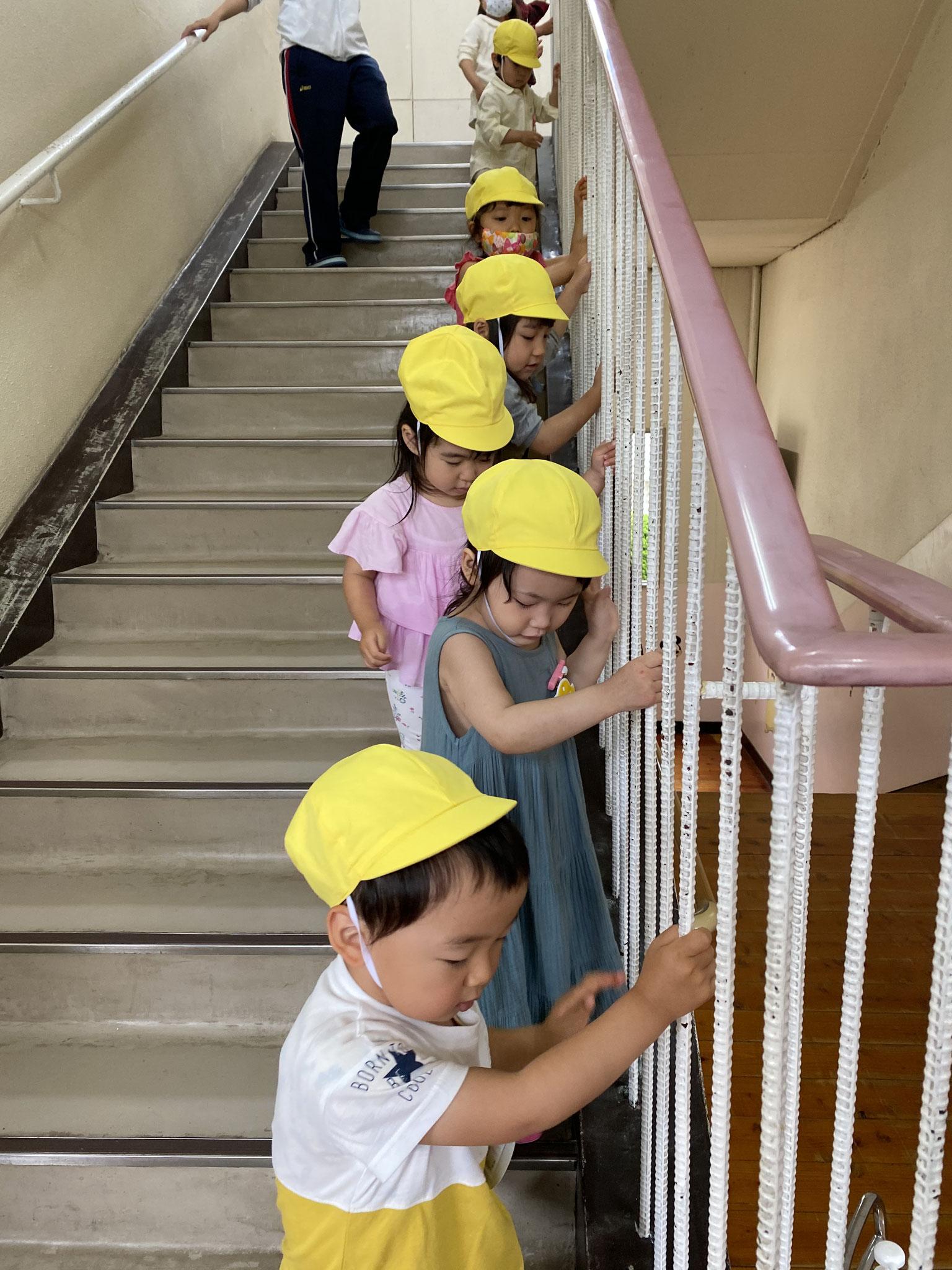 階段もゆっくり、ゆっくり・・・。