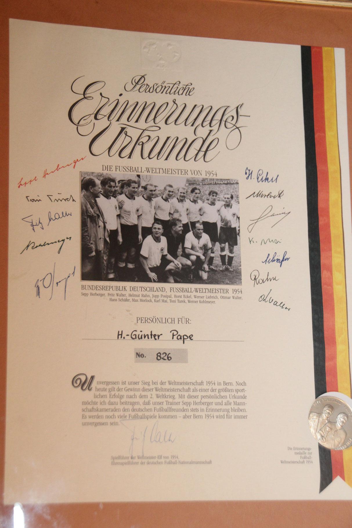Erinnerungsurkunde mit den original Unterschriften der Weltmeister von 1954 inkl. Sammelmünze.
