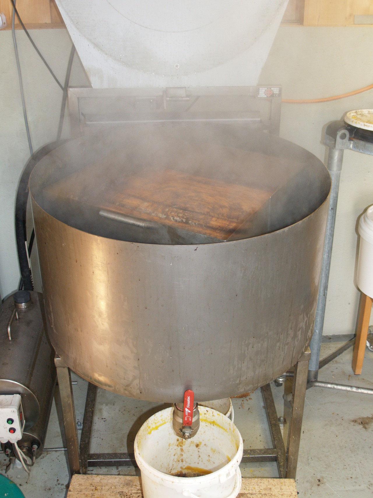 Die Altwaben werden mittels Dampf und der Zentrifugalkraft aus den Holzrähmchen geschmolzen.