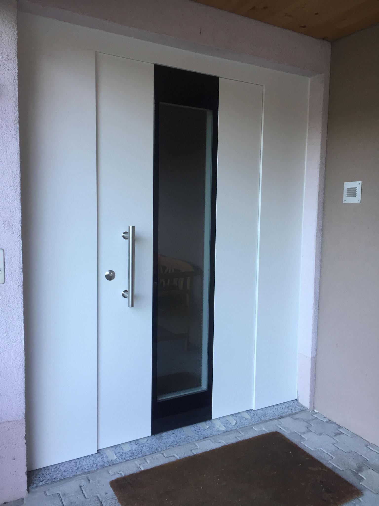 Holz-ALU Haustüre in weiss Modell Voralp mit seitlichen Verkleidungen