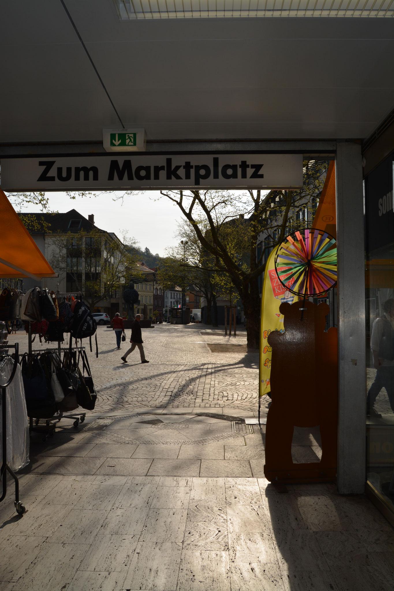 Blick aus der Passage auf den Marktplatz
