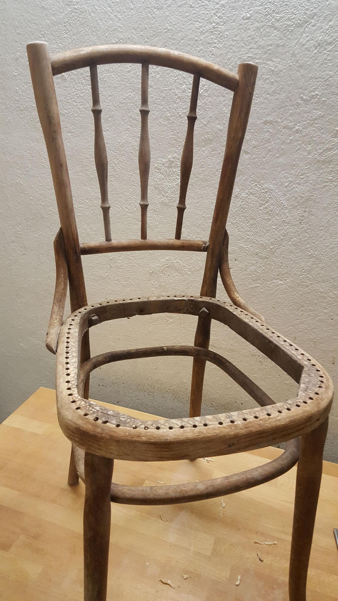 Der Stuhl ist bereit für die Oberflächenbehandlung