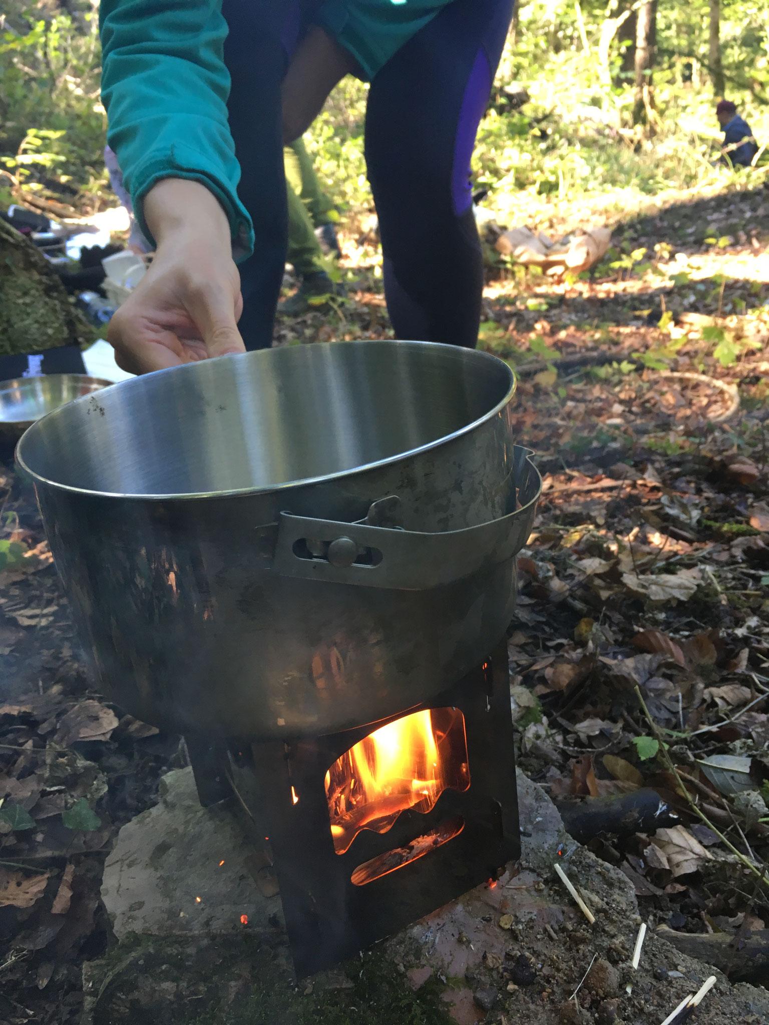 Die Suppe wird auf dem Hobokocher zubereitet