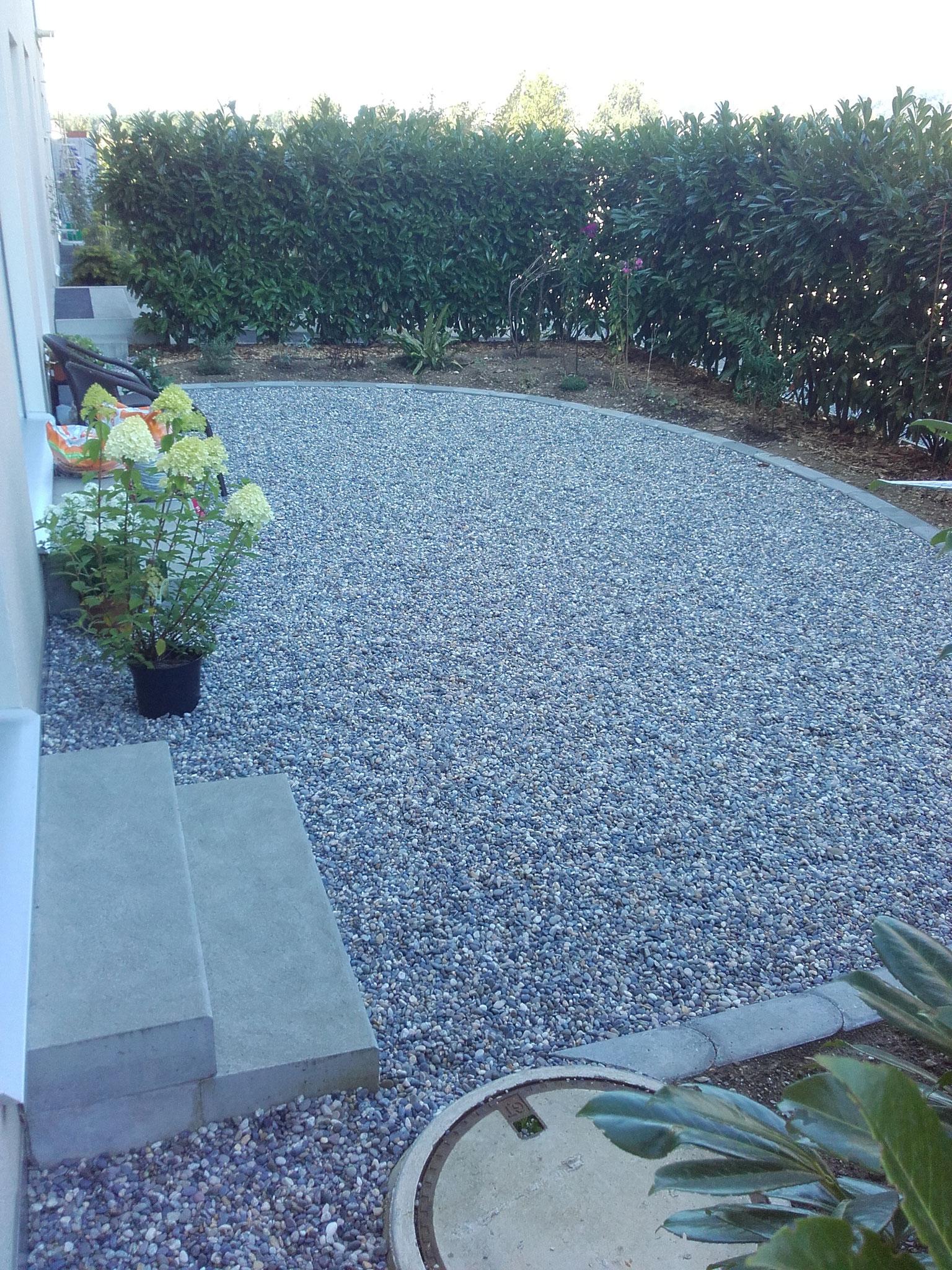 Kleinere Gartenplätze und -wege umsetzen