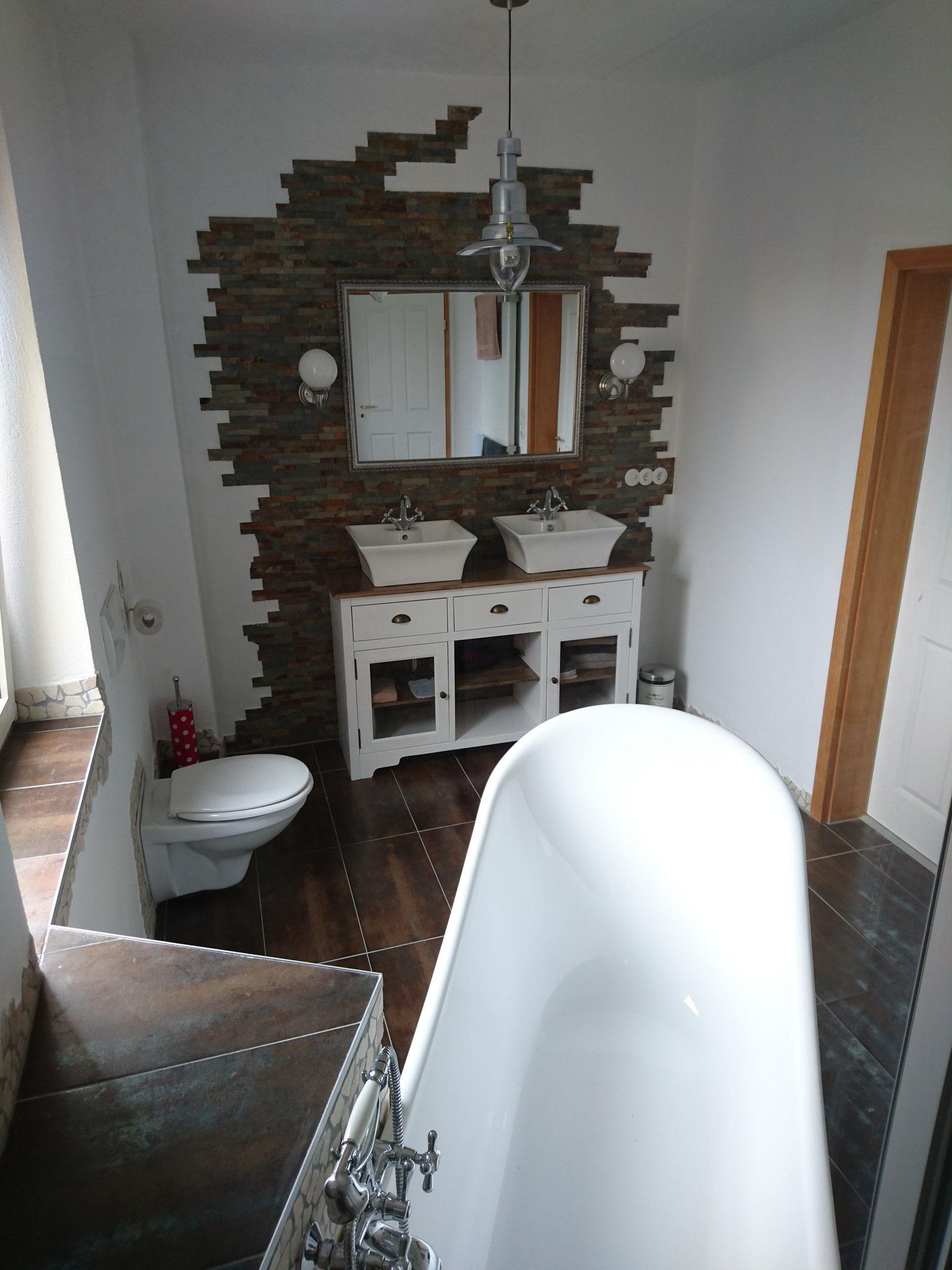 Rustikaler Waschtischbereich - Blick von Dusche !