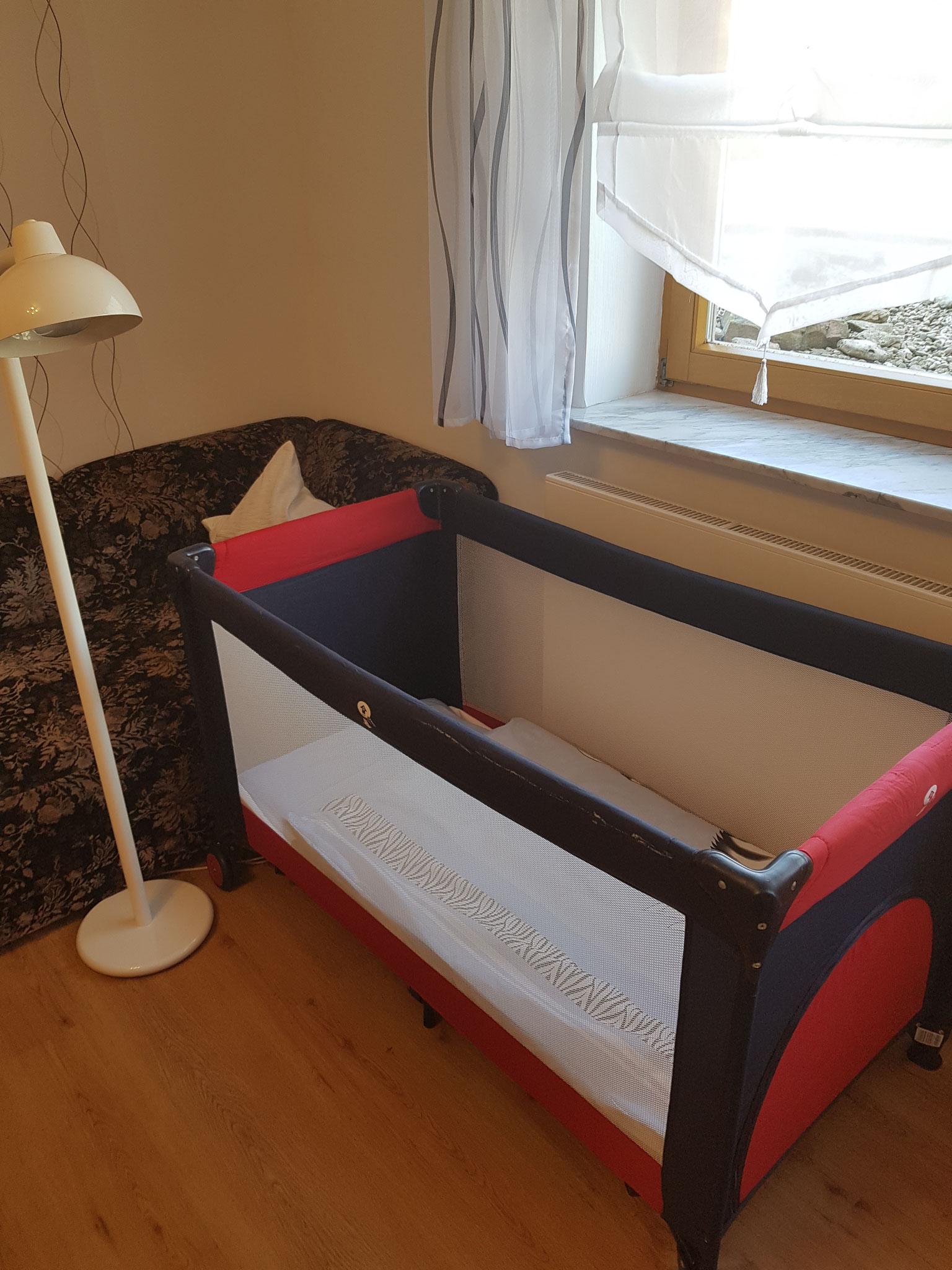 Baby-Reisebett und Hochstuhl auf Wunsch inkl.