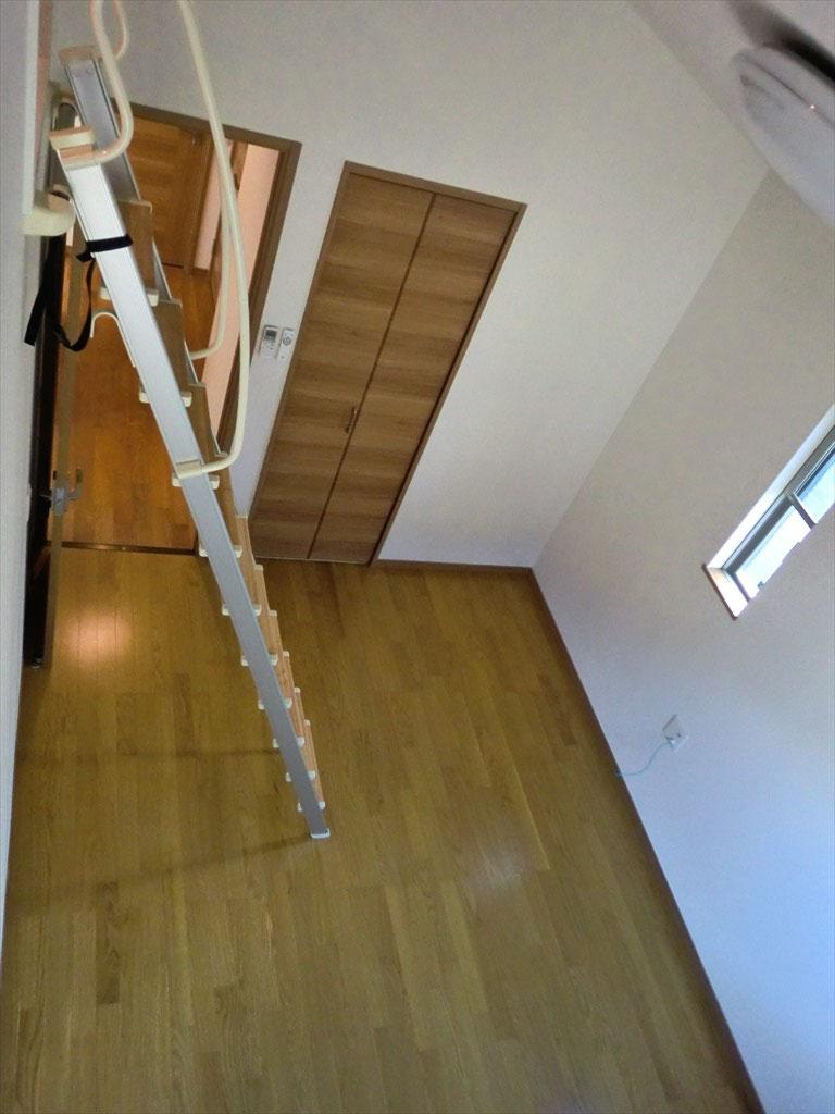 2階洋室 -ロフトから見ると、お部屋が広く感じます-