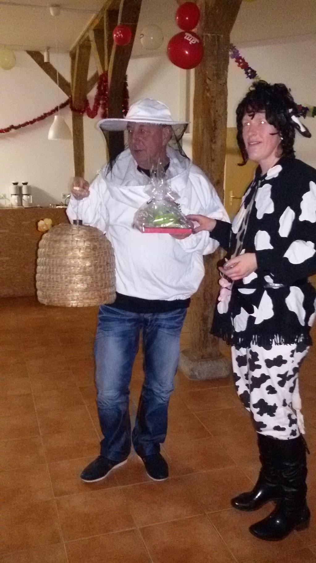 Imker und gescheckte Kuh
