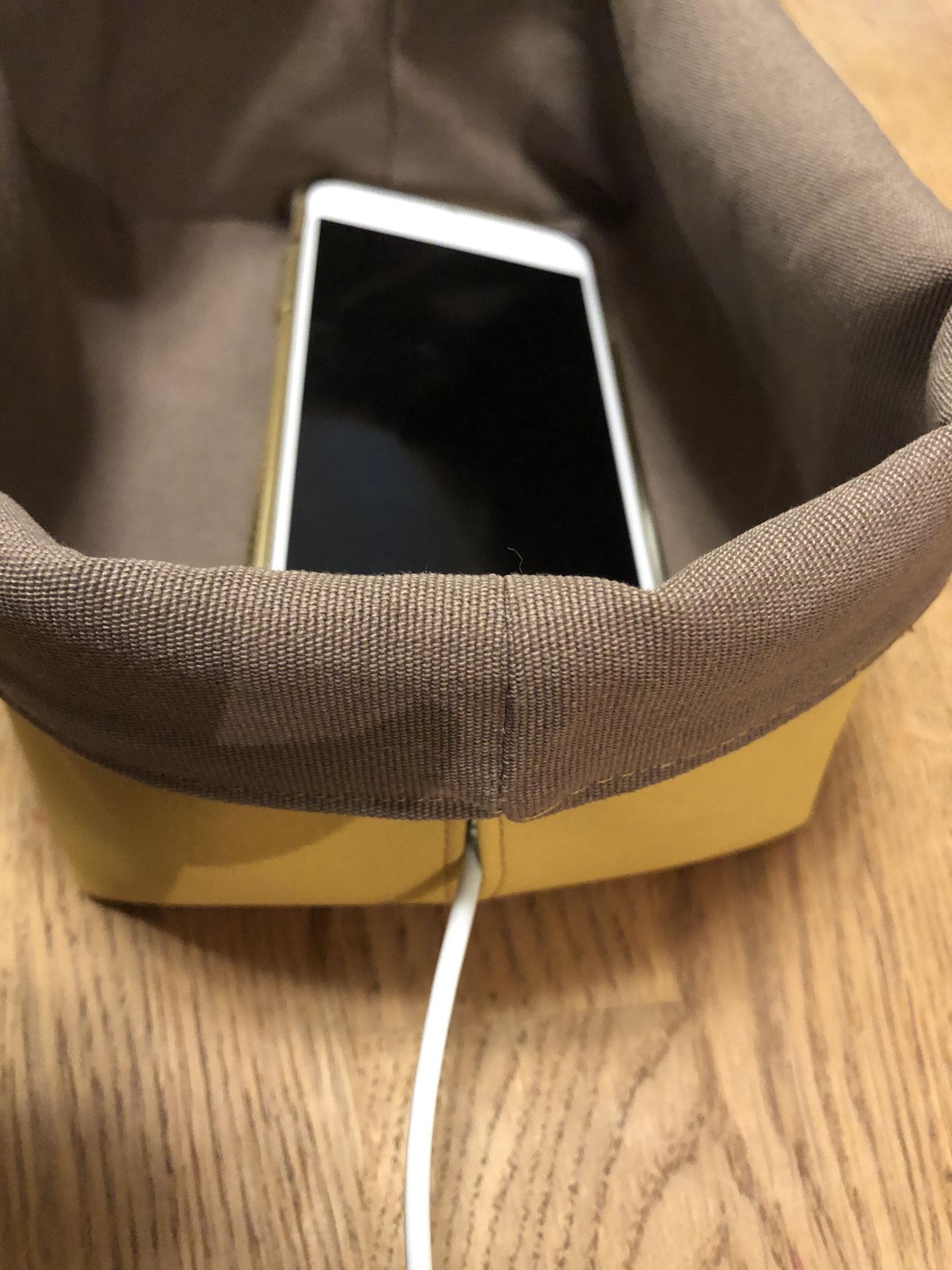 Praktisch mit Schlitz fürs Kabel