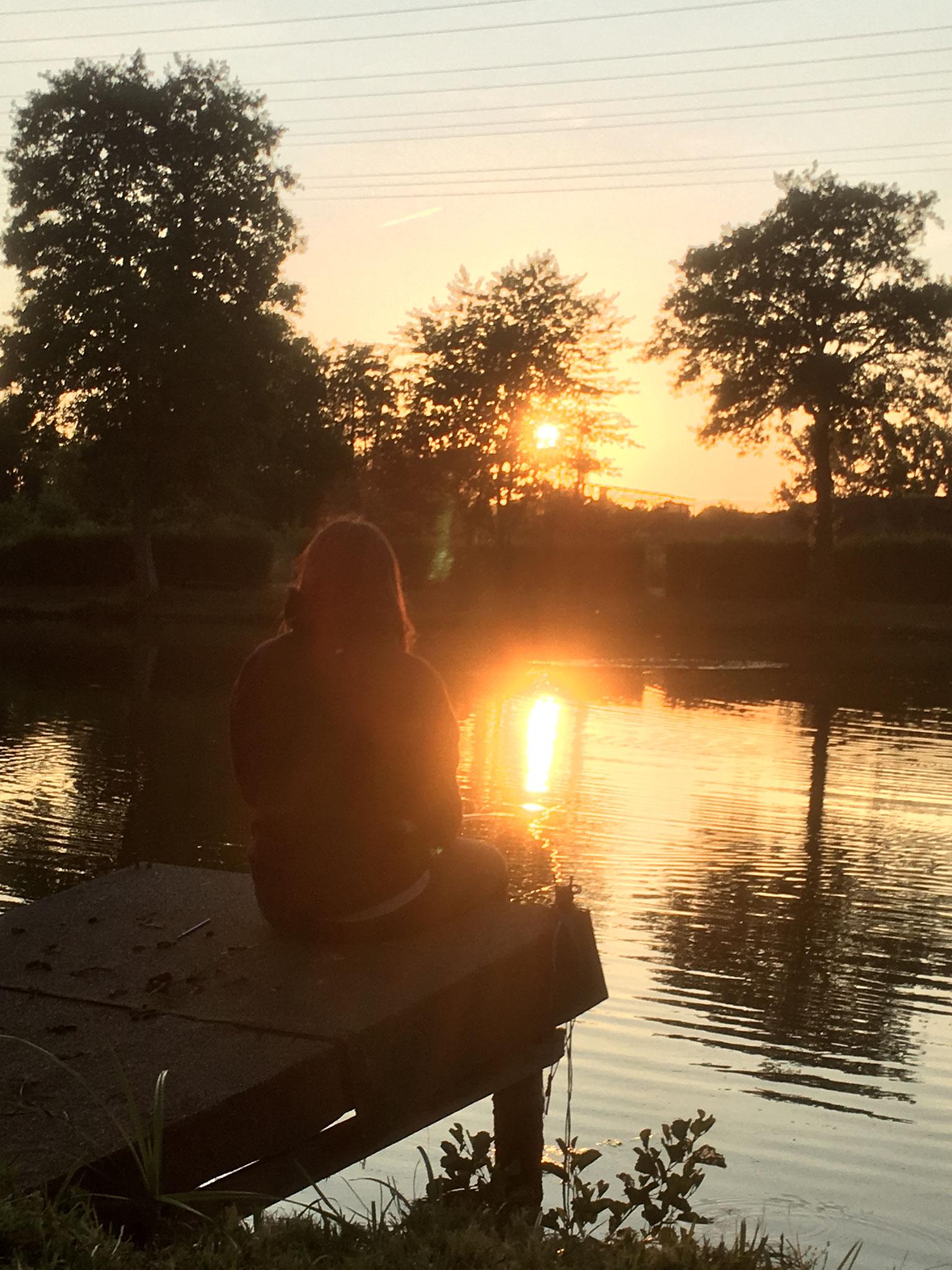 Die letzten Sonnenstrahlen am Wasser genießen....