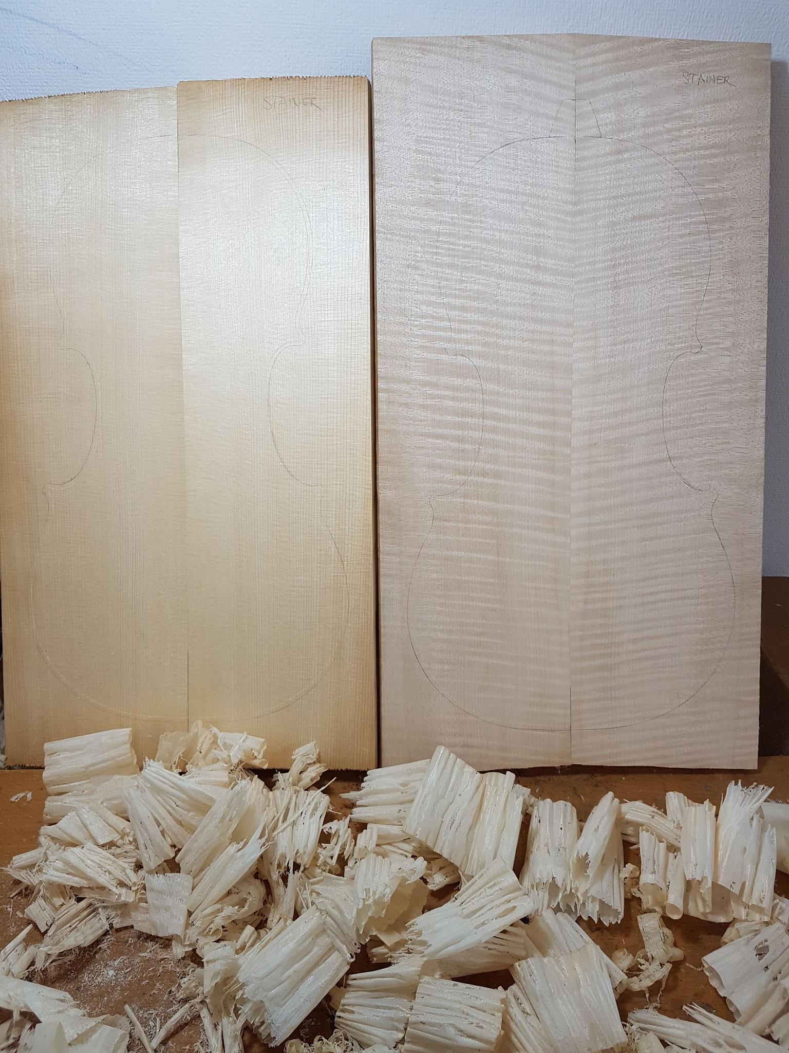 Decke und Boden werden wie die Vorlage aus jeweils zwei Teilen zusammengefügt. Nachdem die Flächen plan gehobelt wurden, kann der jeweilige Umriss aufgezeichnet und anschließend ausgesägt werden.