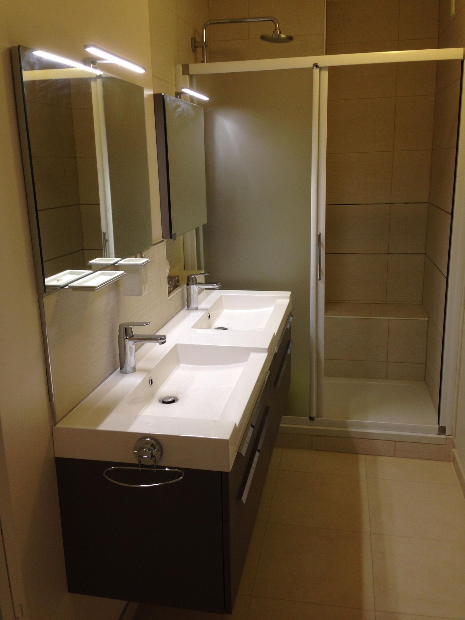 Le Chesnay – Réalisation  - Salle d'eau - Plan vasque pour 2 personnes et assise dans la douche