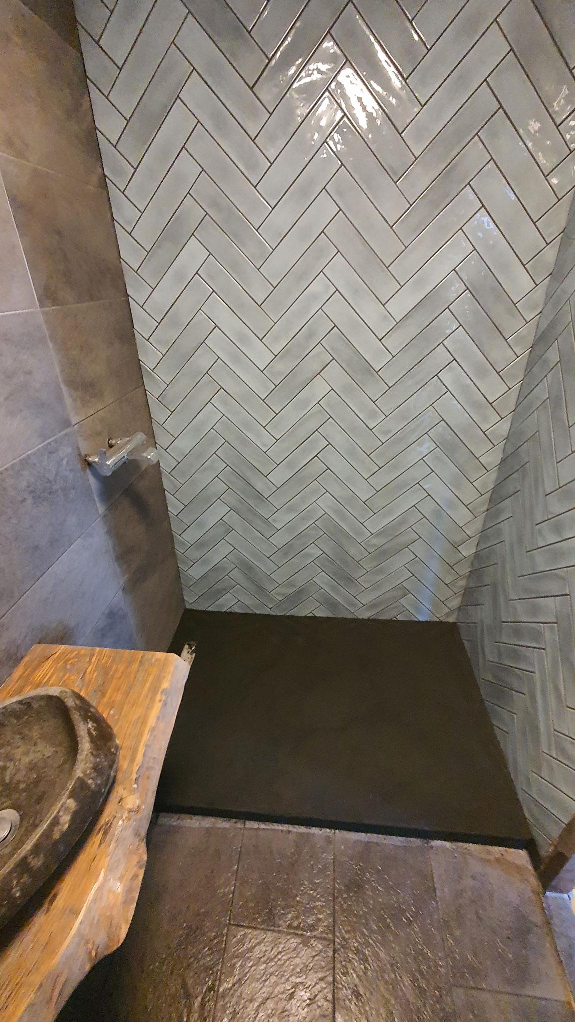 renovatie badkamer  ( inbouw bad verwijdert, voor douch gedeelde, nieuw tegelwerk beton ciré enz )