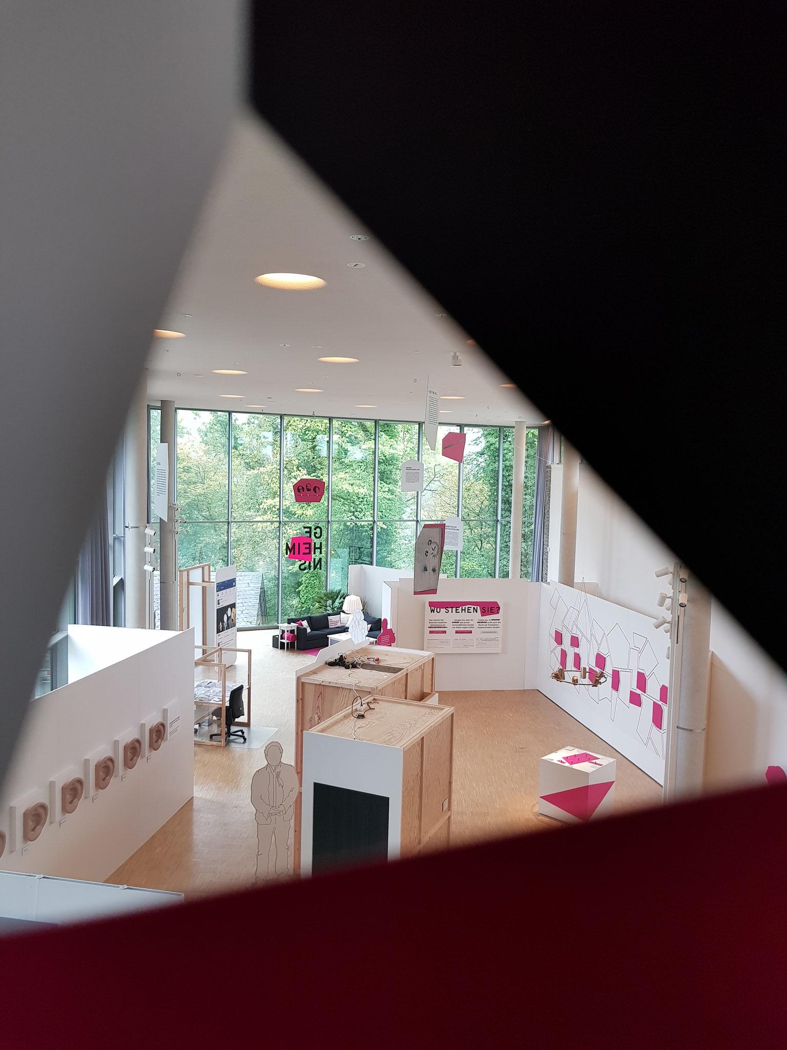 Blick vom Eingangsbereich in die Ausstellung in der Neuen Orangerie © Oliver Kolken