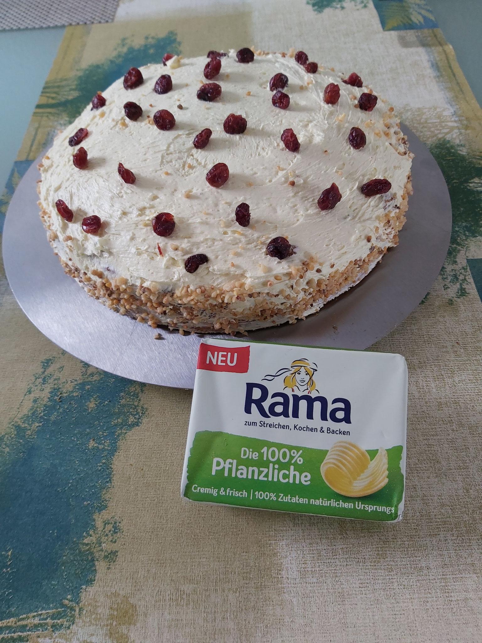Der Pfirsichkuchen mit der RAMA (Butter)-Creme ist ferig