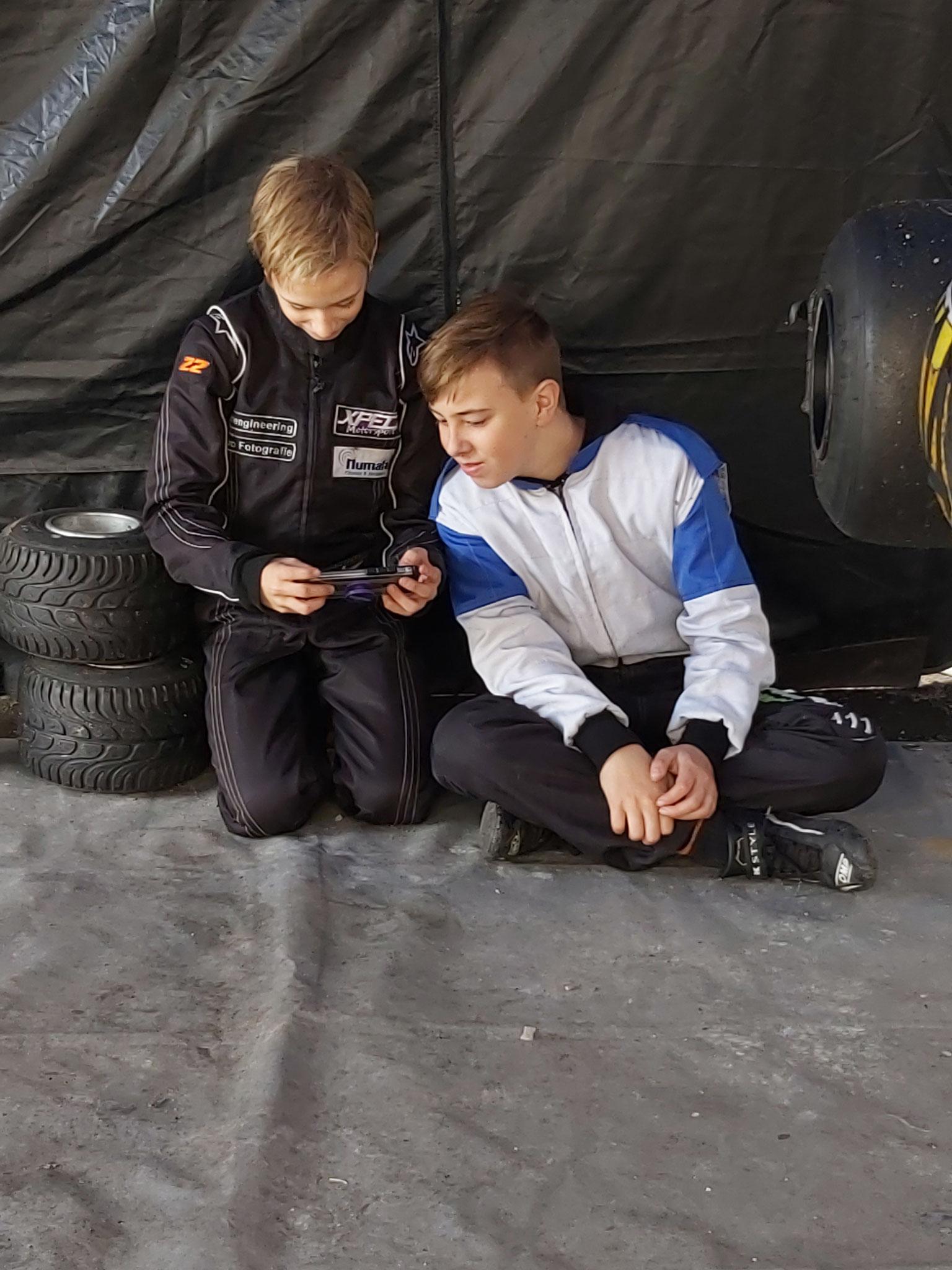 Daarnaast ook genoeg rustpauzes voor onze coureurs, Mika en Mika vermaken zich wel met spelletjes op de telefoon.