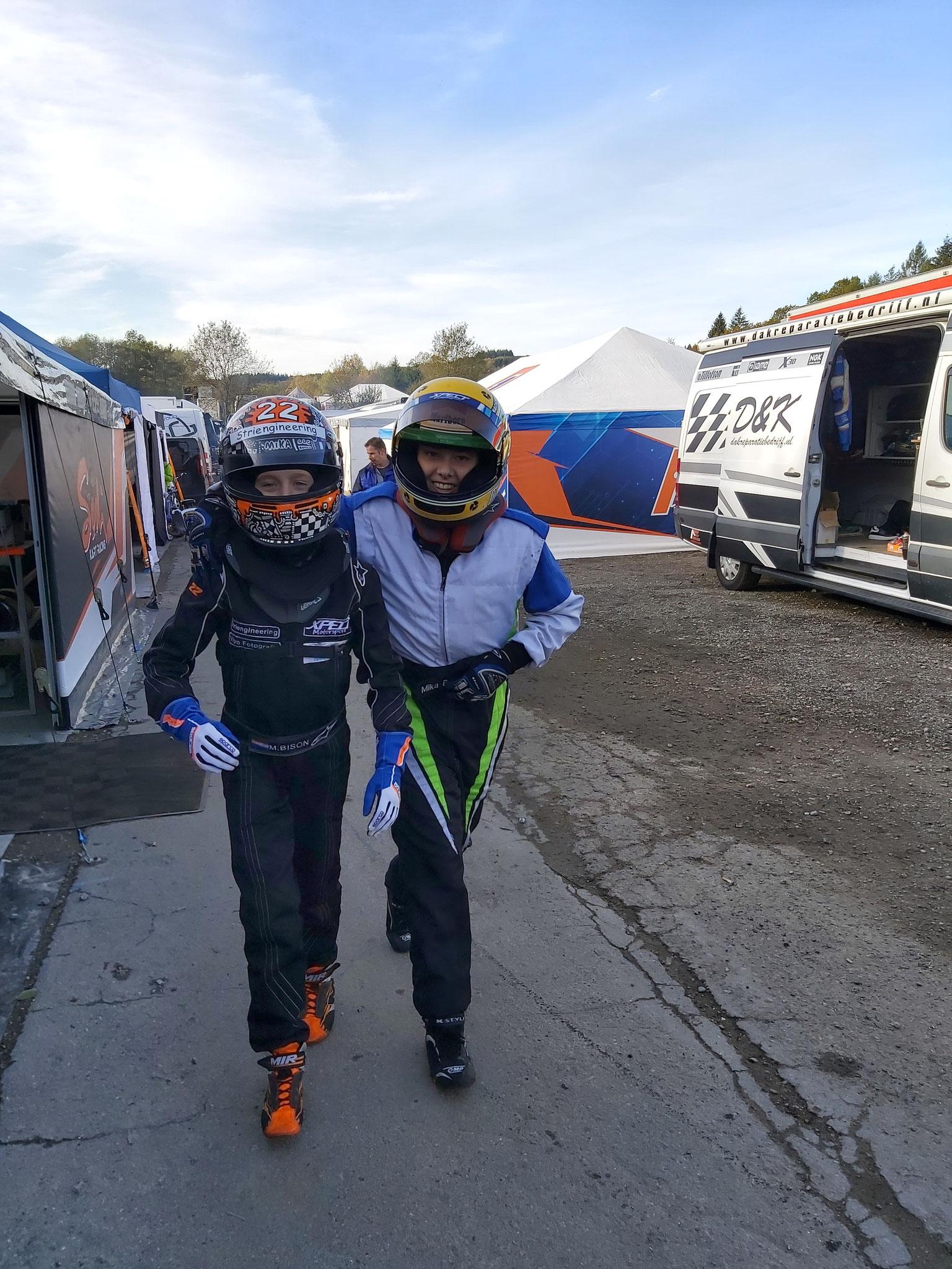Mika en Mika vermaken zich ook onderweg richting de paddock voor de trainingen.