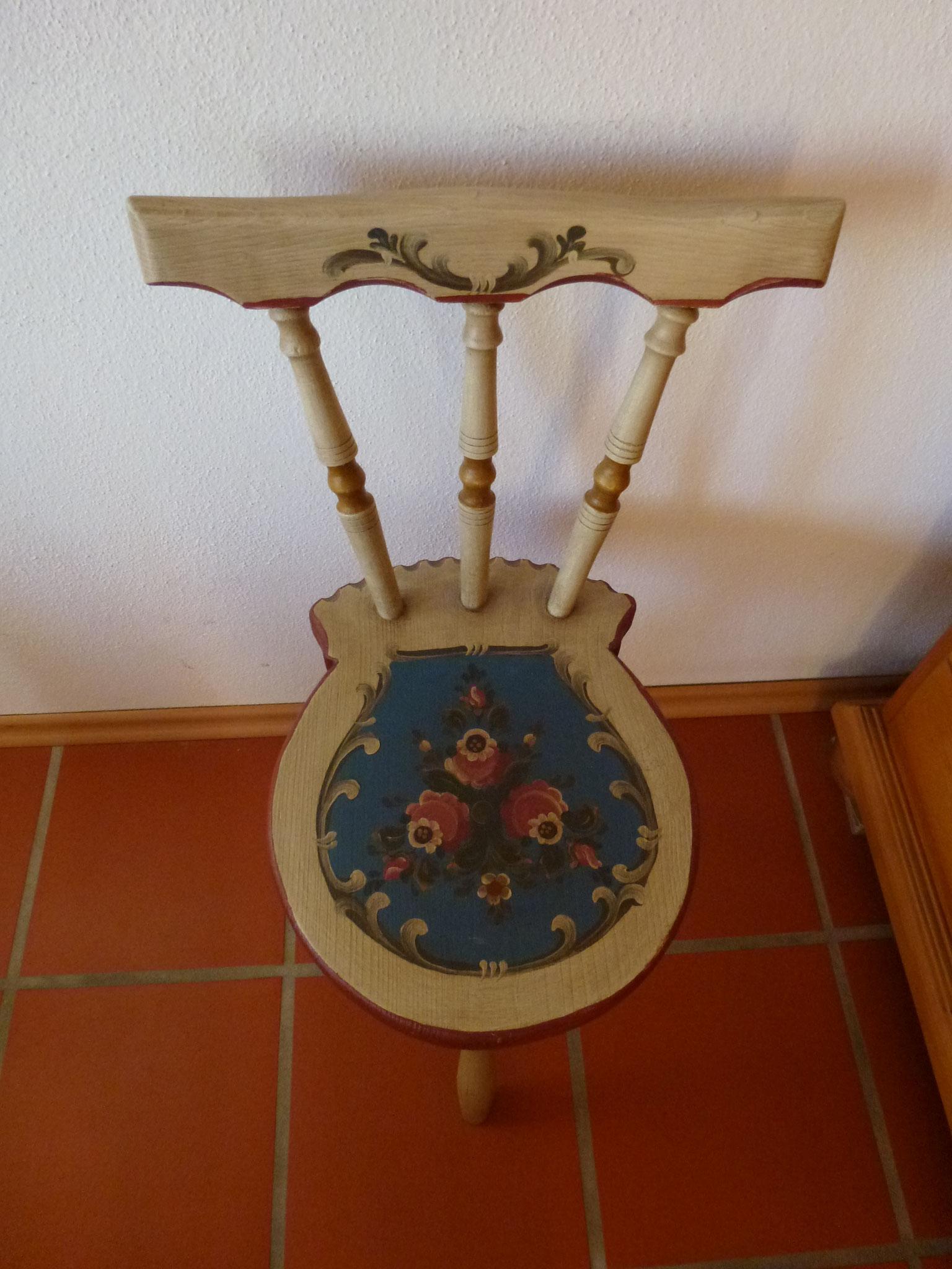 Stuhl mit Lüftlmalerei im Elternschlafzimmer