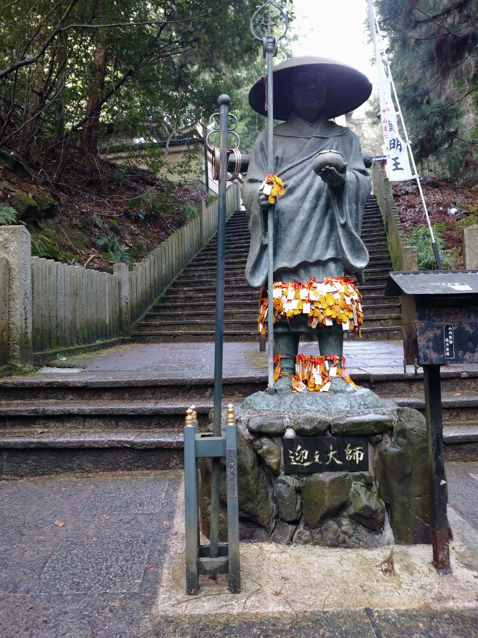 階段の途中、弘法大師さまがお迎えします。