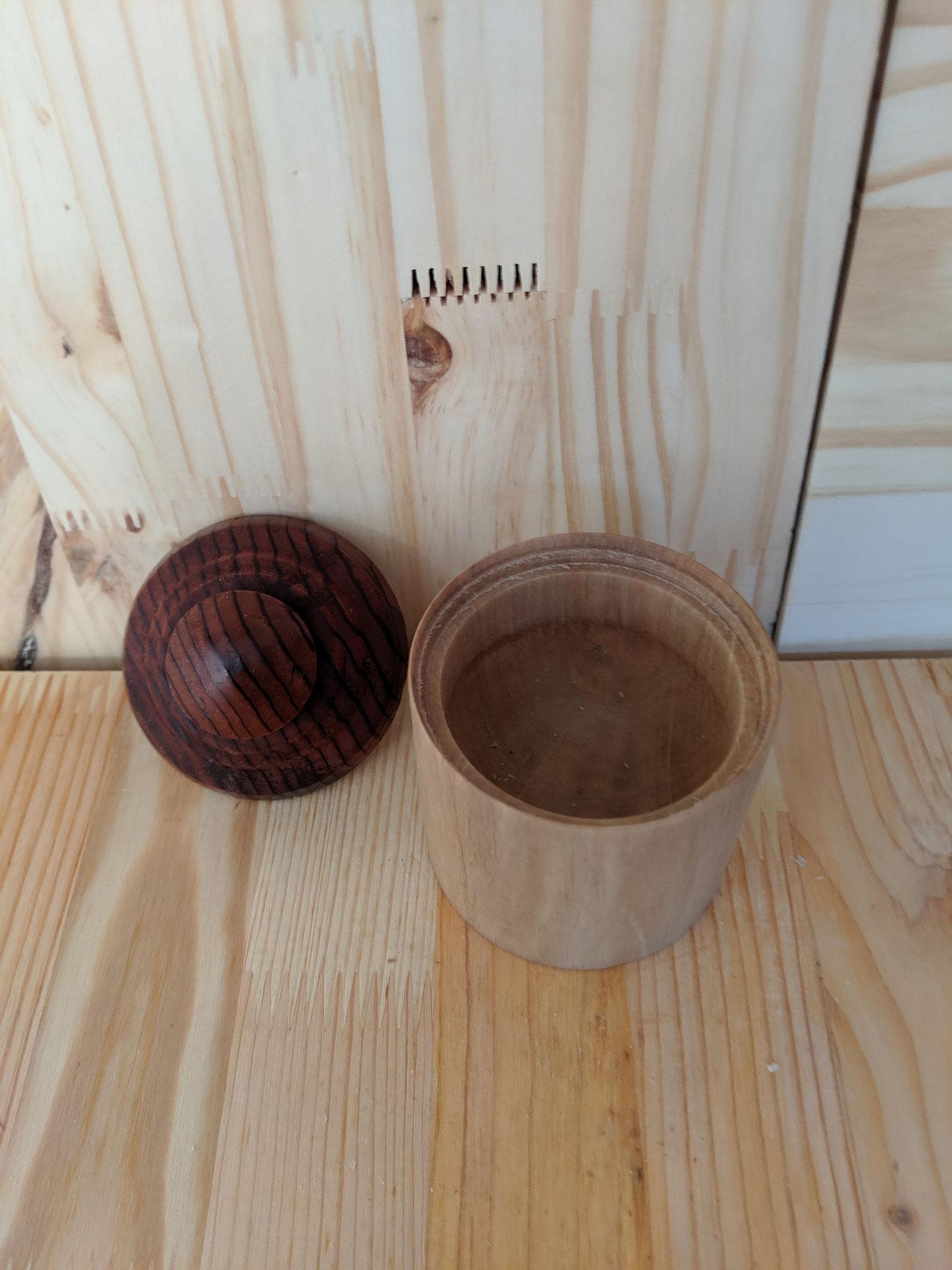 petite boite avec le corps en Charme / le couvercle en Sequoia