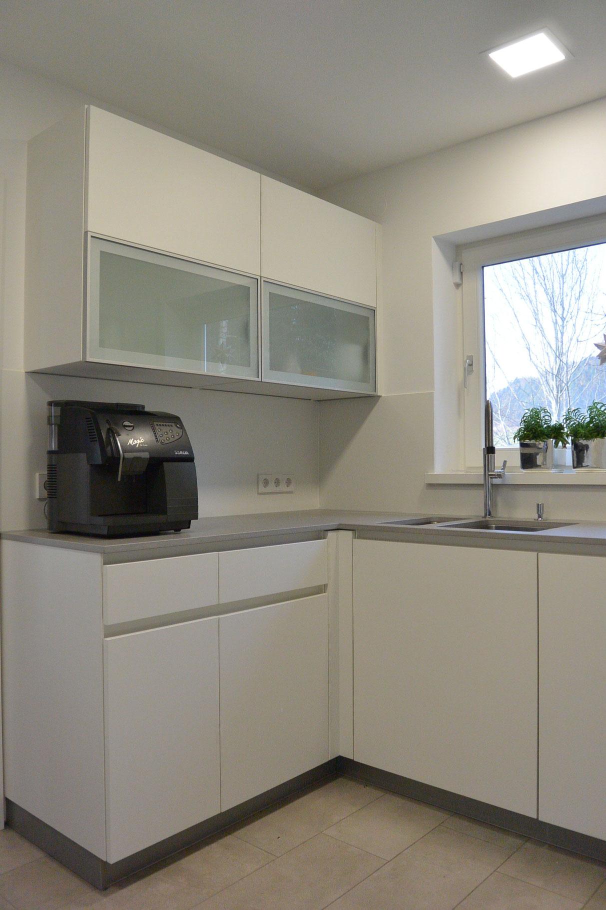 Küche matt weiß, Oberschrank mit Alu-Rahmentür