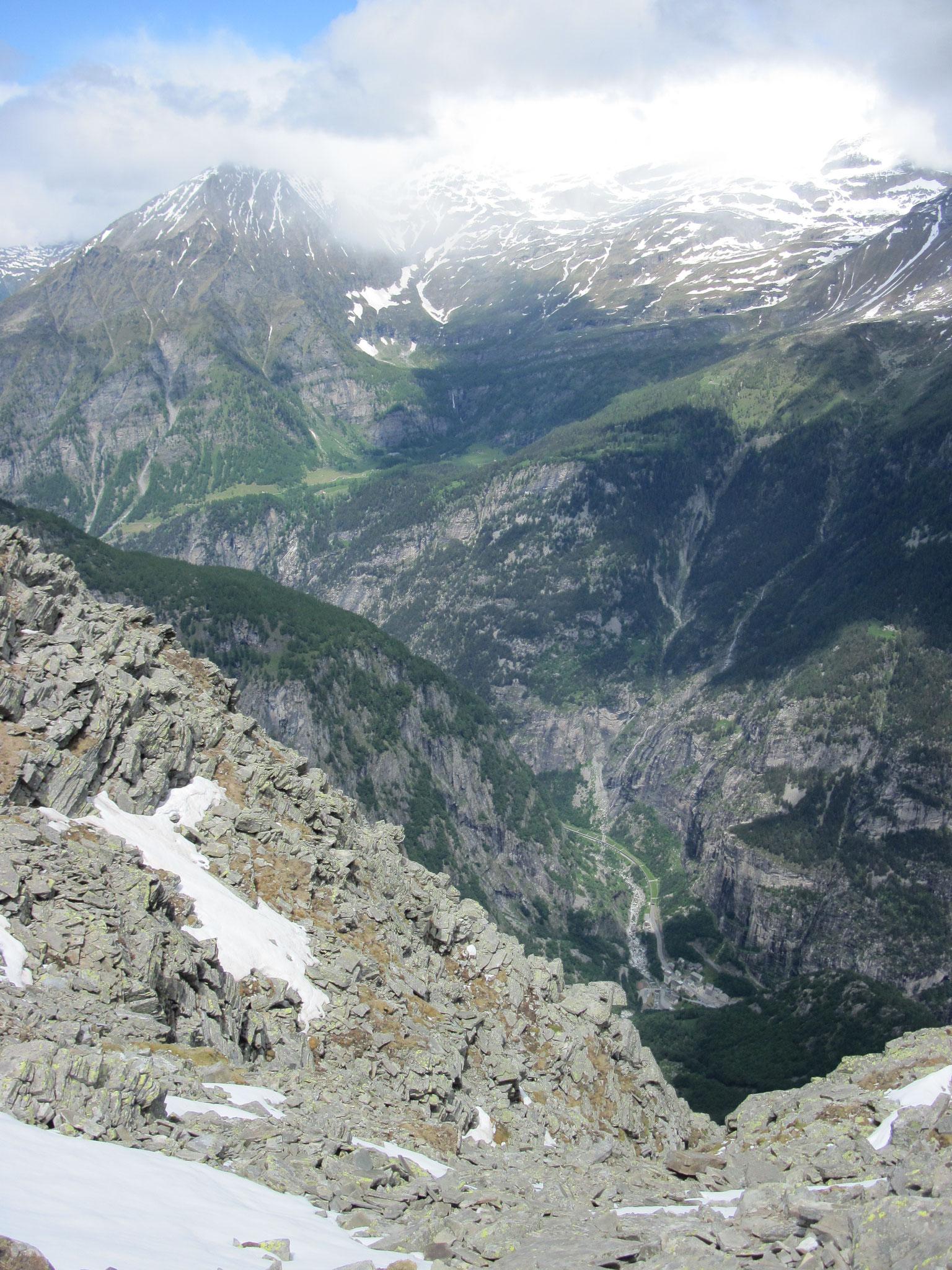Ausblick hinunter nach Gondo, Grenzort Schweiz Italien