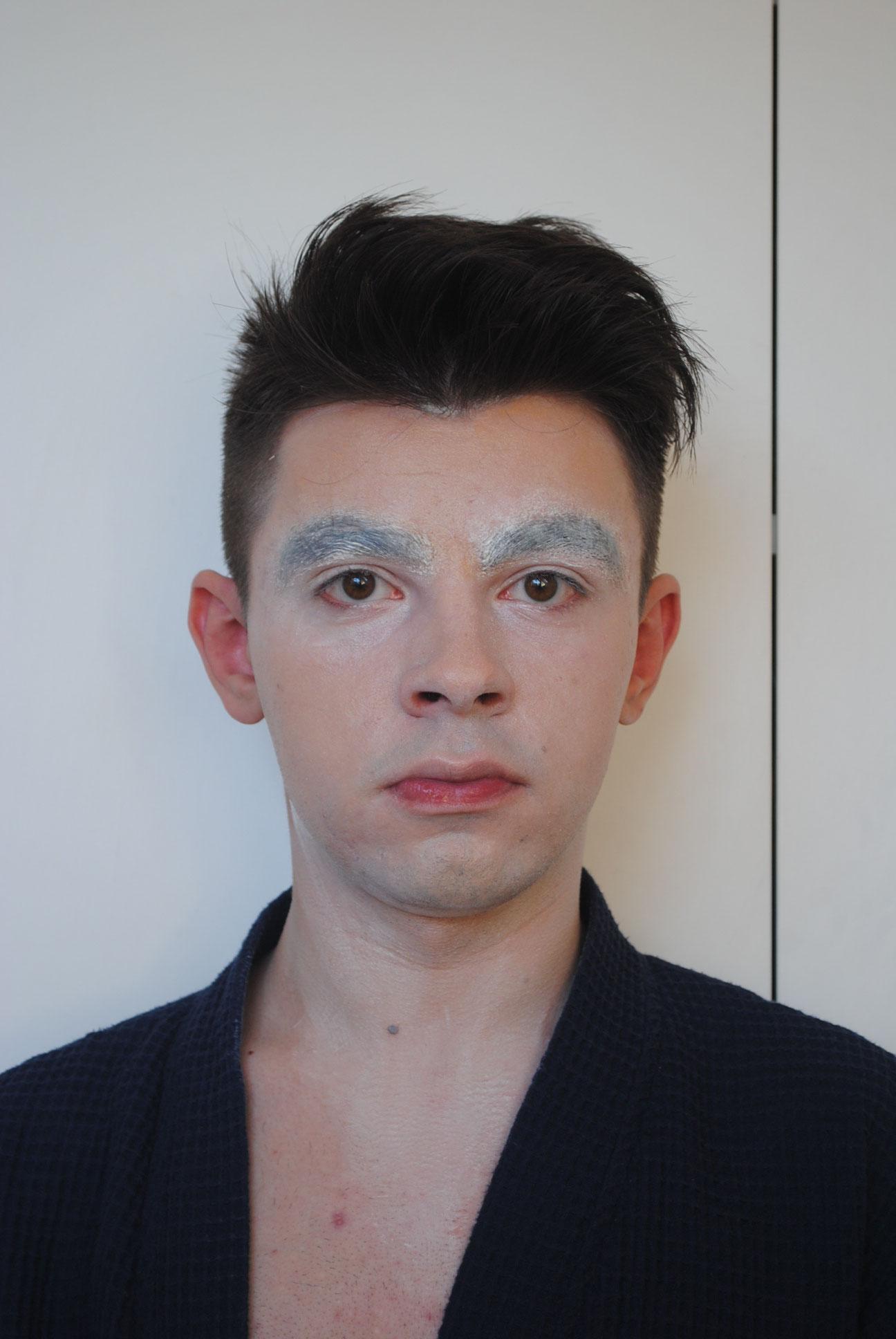 Schritt 2: Bedecke dein Gesicht mit weißer Gesichtsfarbe oder einer hellen Foundation.