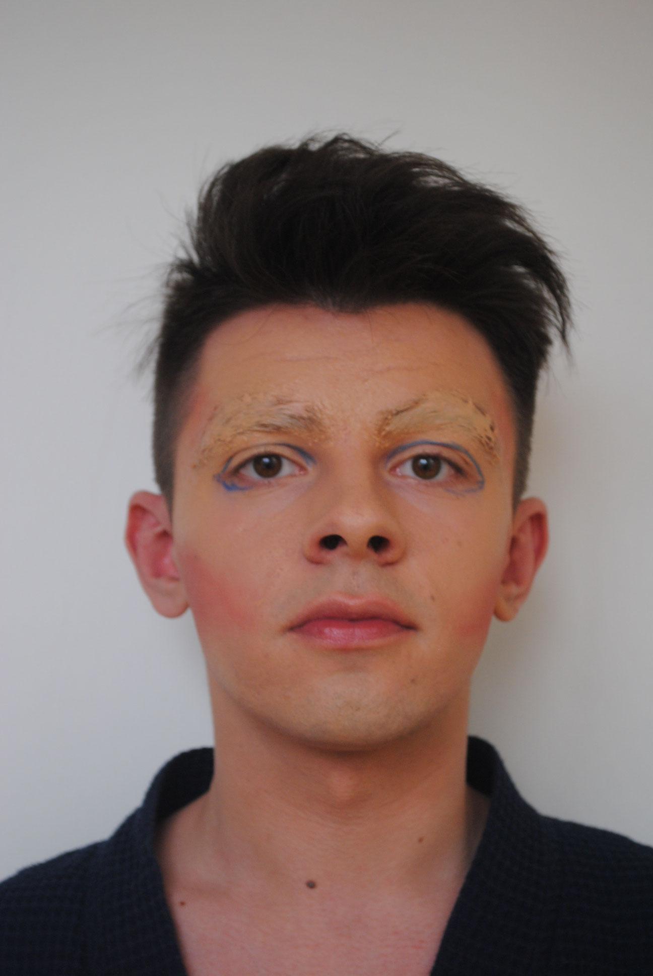 Schritt 4: Die Lidlinie vorziehen mit einem blauen Eyeliner.