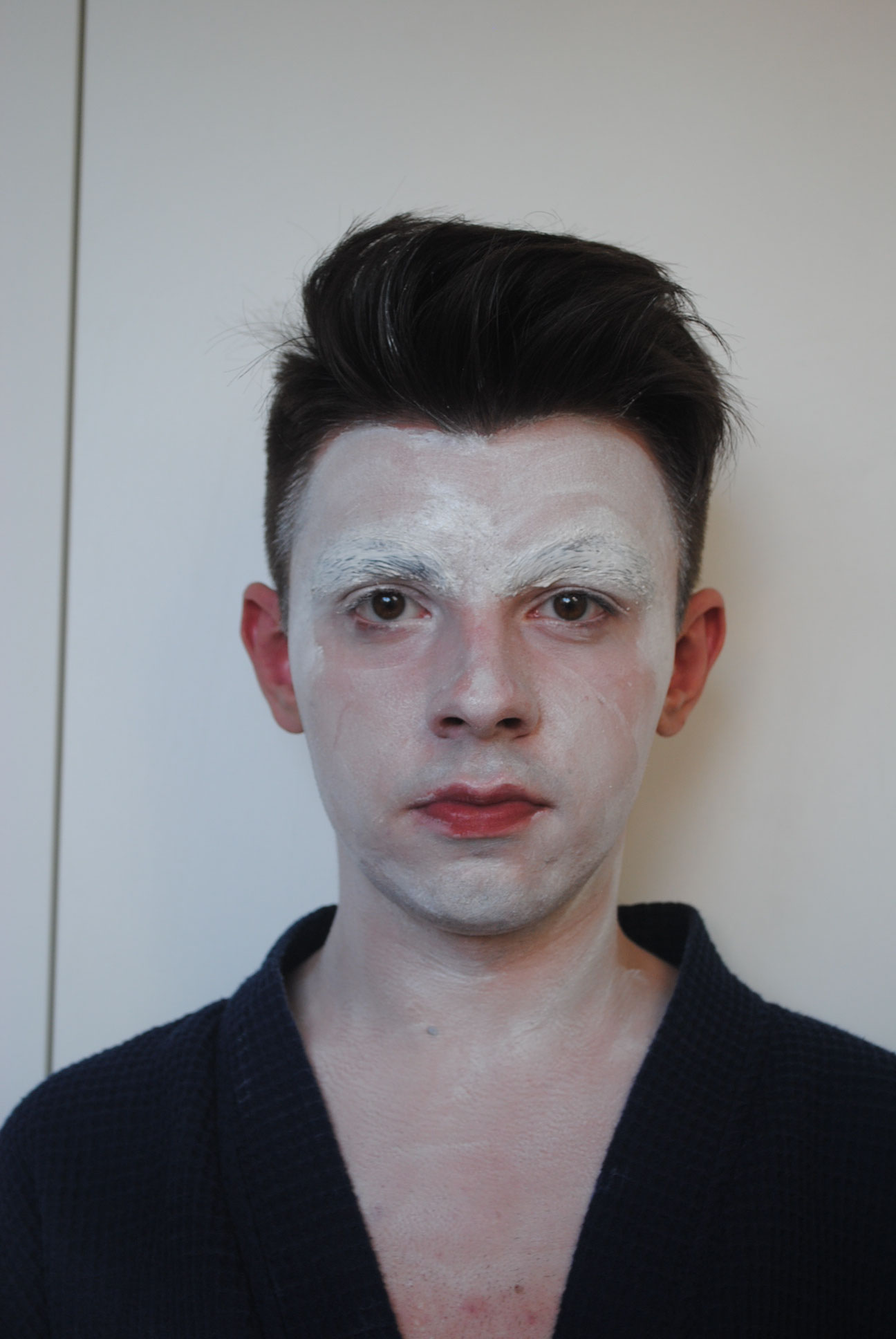 Schritt 2: Decke dein gesmates Gesicht mit weißer Schminke oder einer hellen Foundation ab.