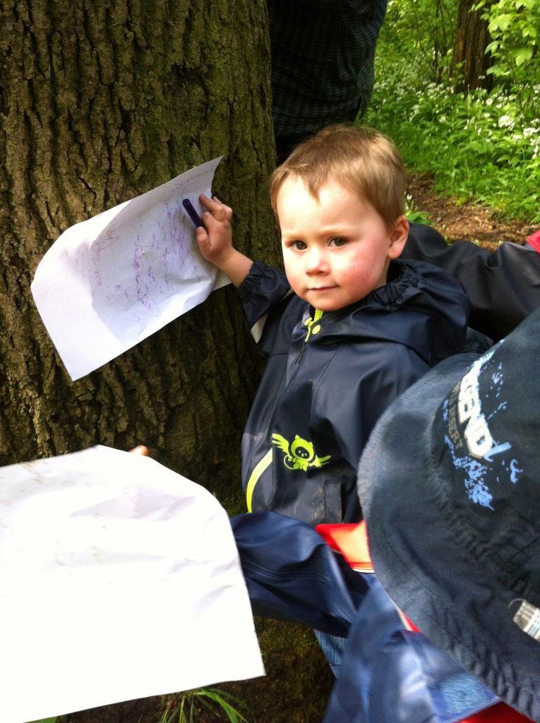 Die Kinder konnten die Borke verschiedener Baumarten auf Papier malen und mit nachhause nehmen.