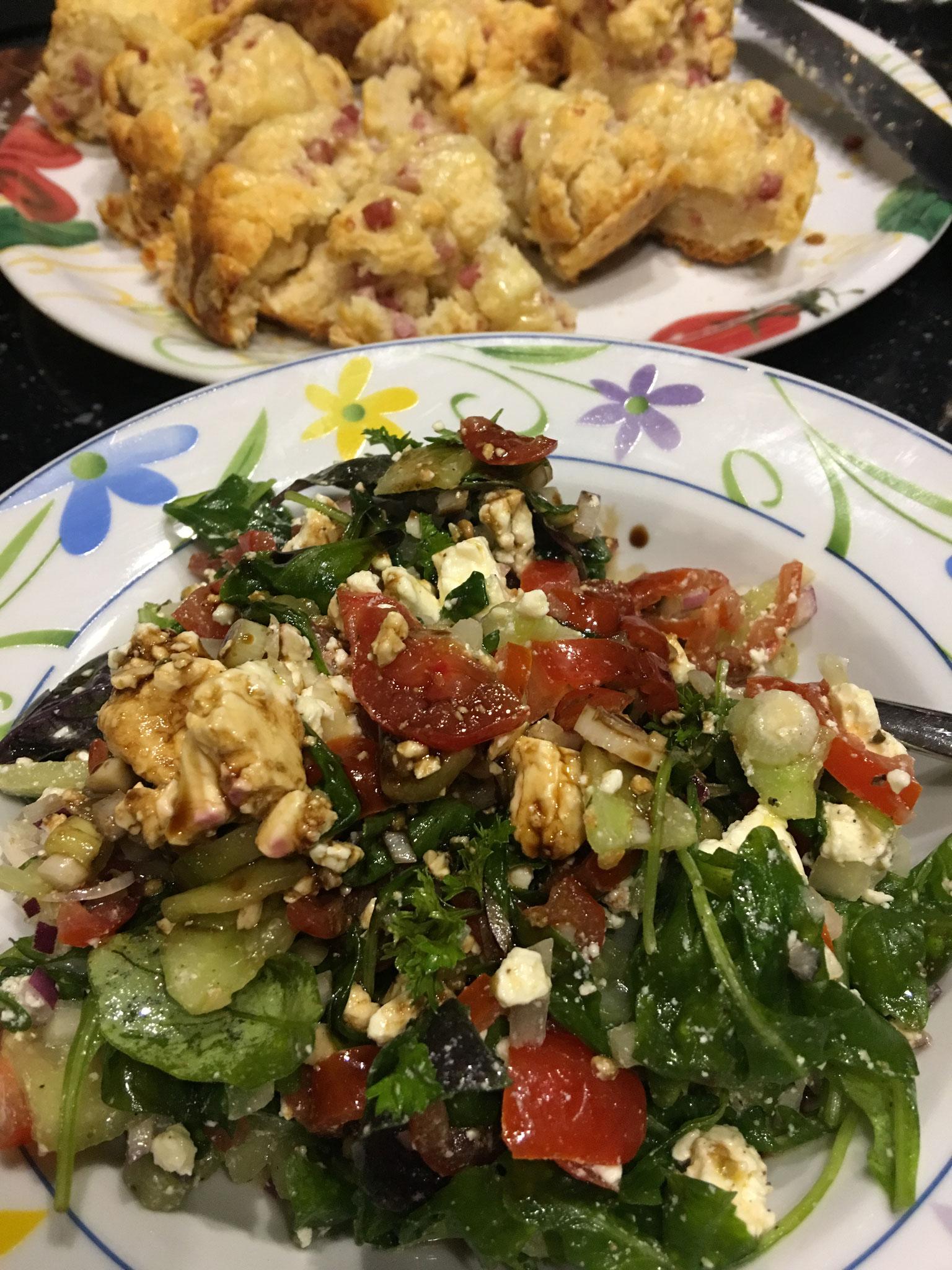 Käse-Schinken Brot mit Salat