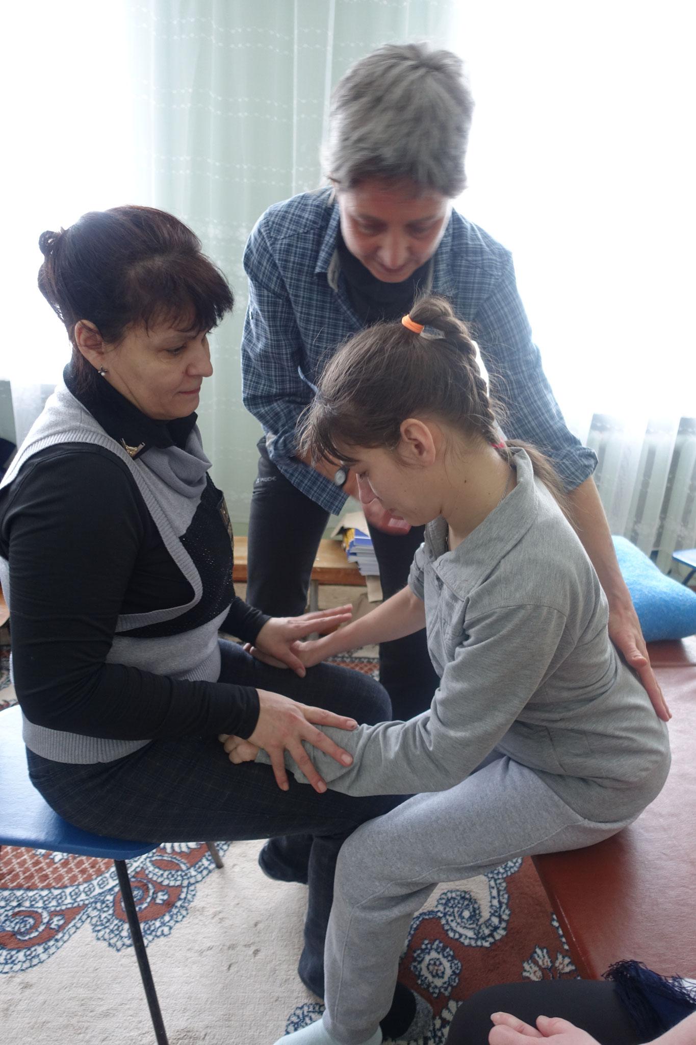 Individuelle Anleitung von Eltern und Kindern durch die Therapeuten