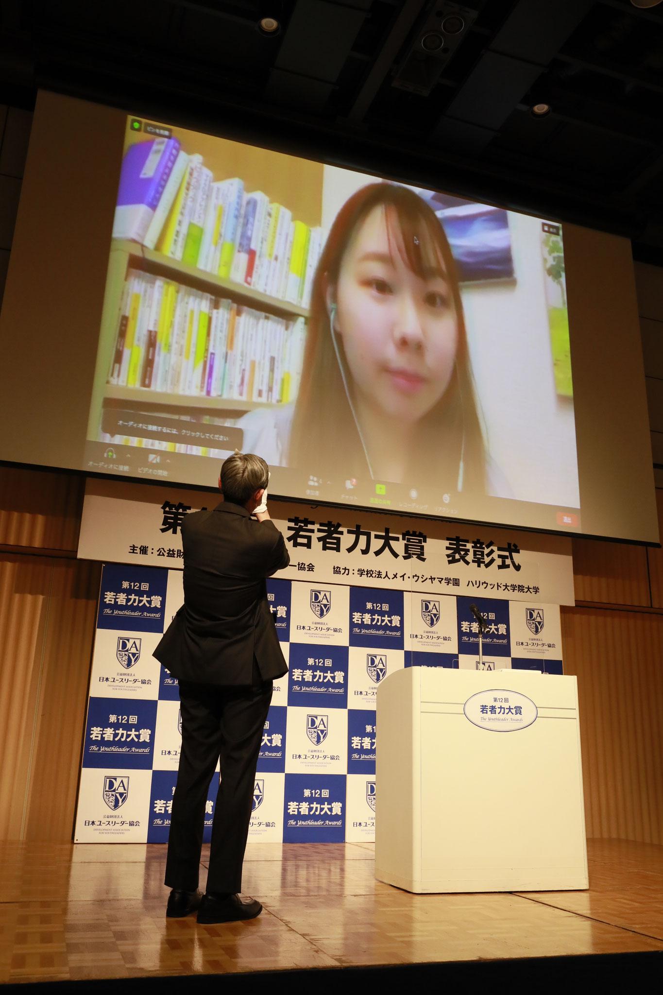 左:小室副理事長 中央:ユースリーダー賞受賞 鶴田七瀬さん