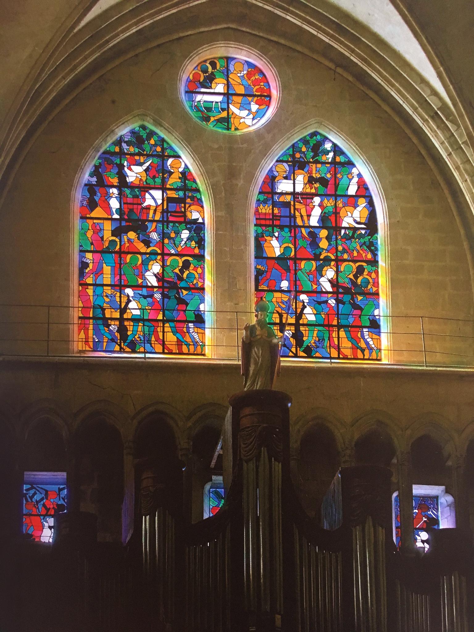 Vue vers le buffet d'orgues et les six vitraux