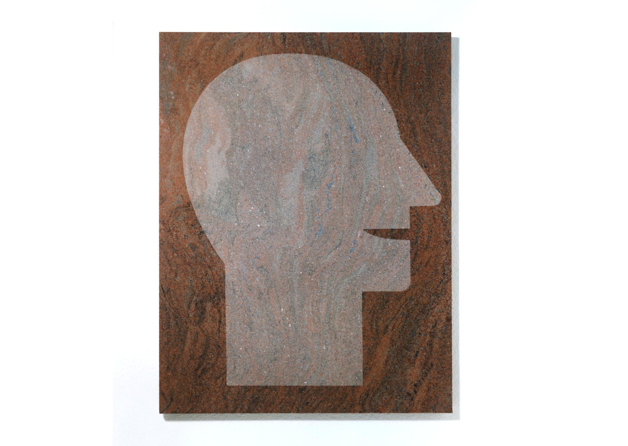 """Stehender Kopf"" 1986, sandgestrahlter Stein (roter Granit) 114 x 88 x 2 cm - Foto Hadler/Stuhr"