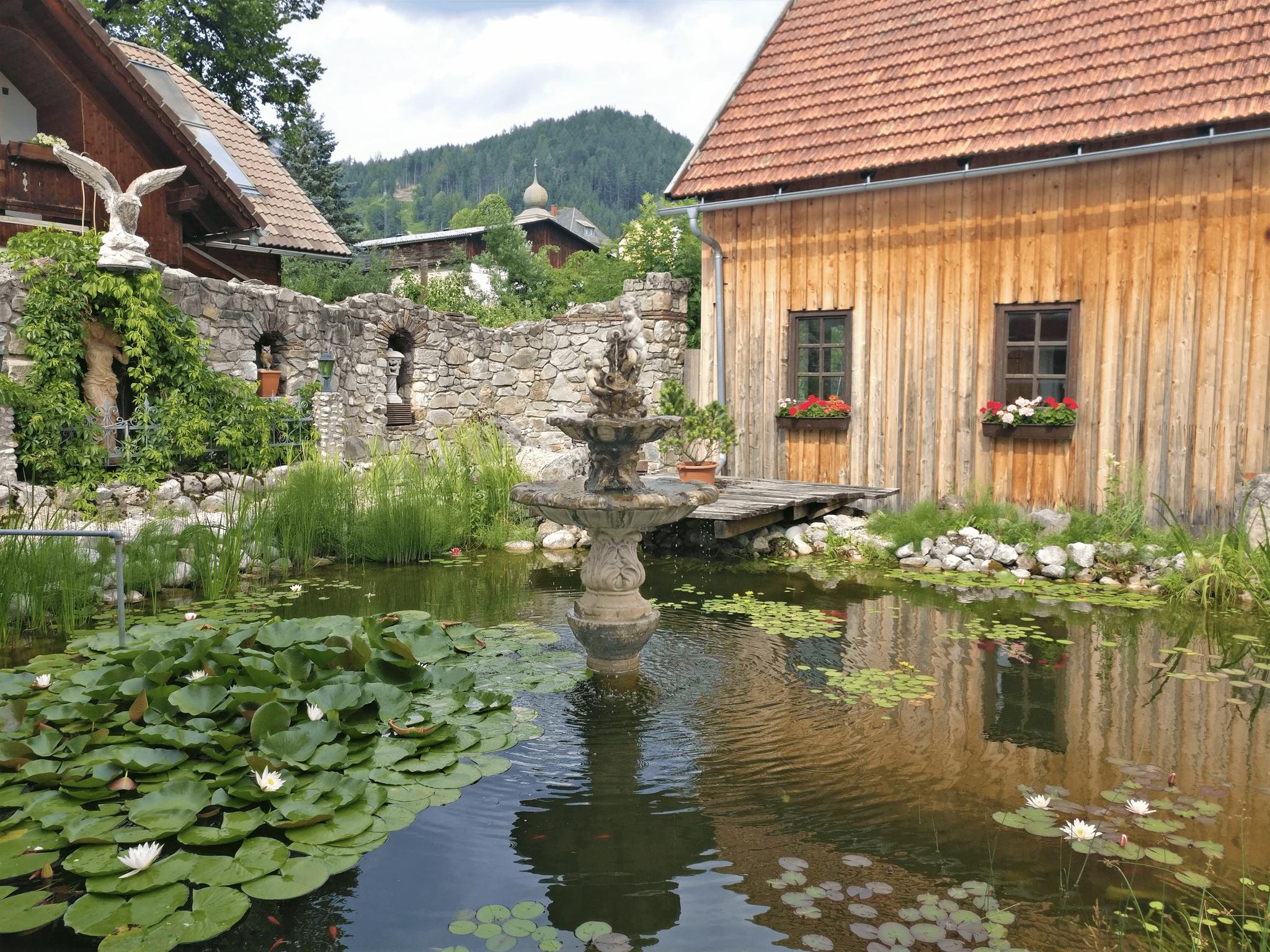 Gastgarten mit Teich und Springbrunnen