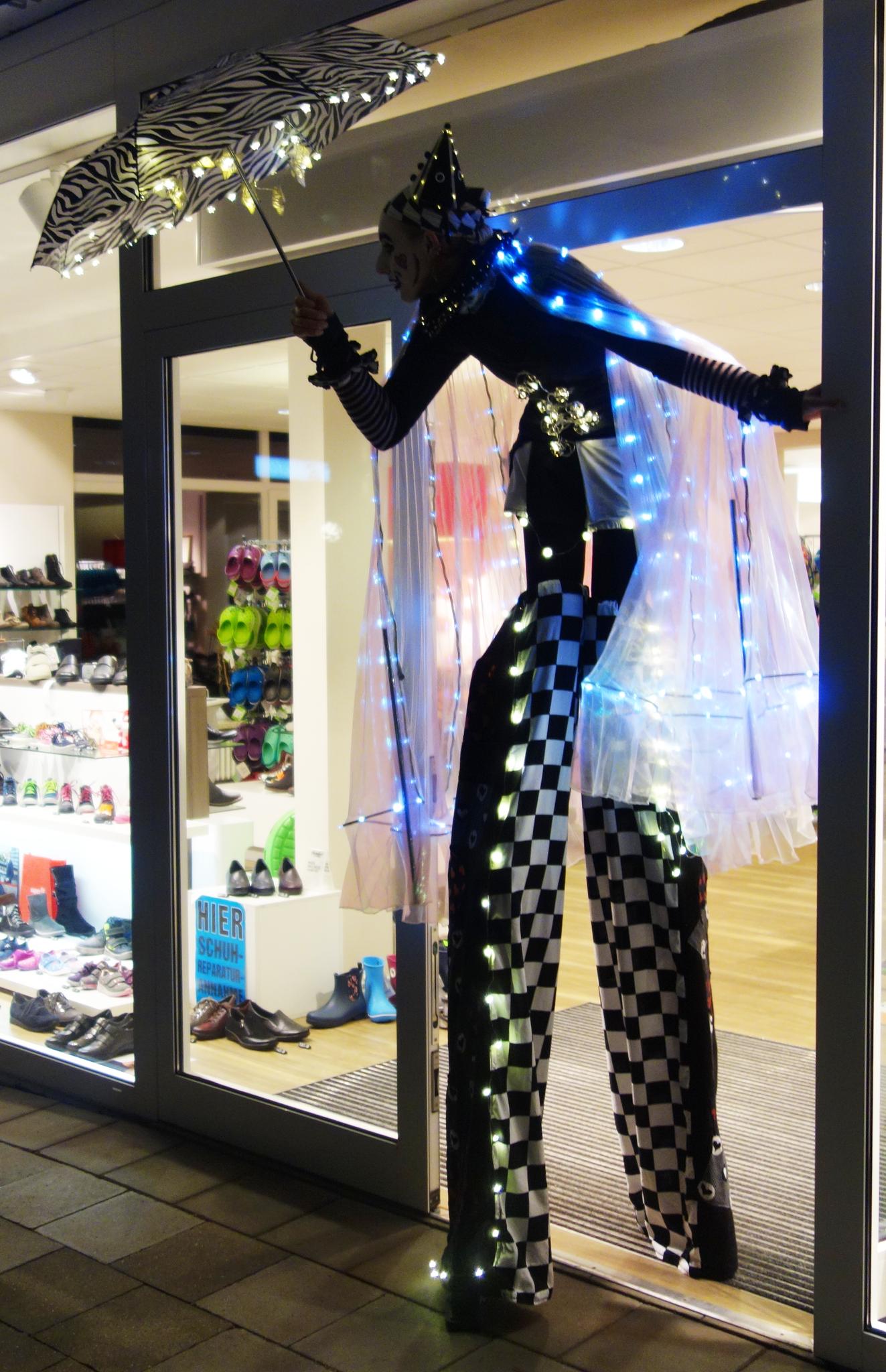 Leuchtender Stelzenlauf zum Night-Shopping