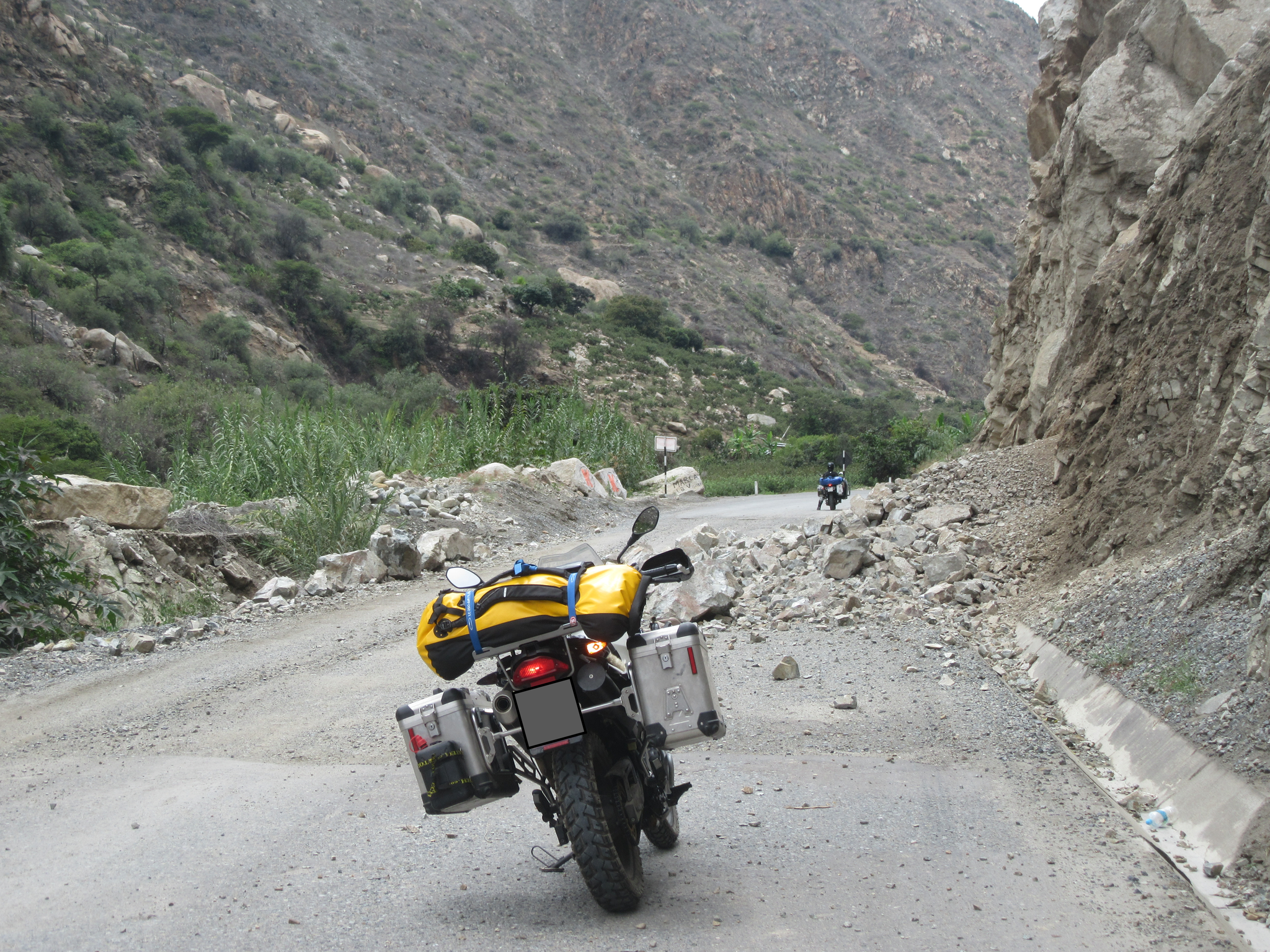 Beware of falling rocks! Drive from Huaraz back to the coast