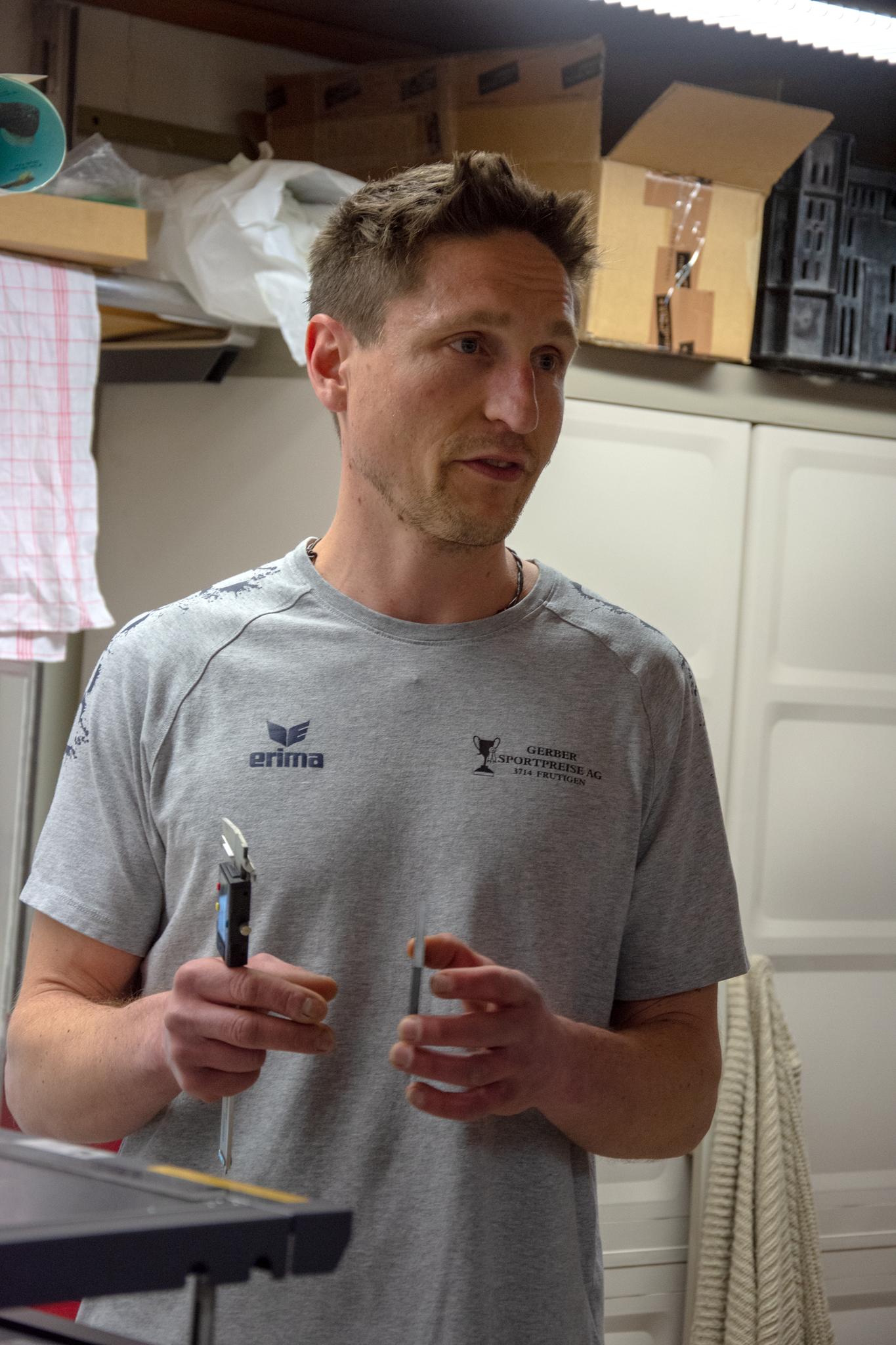 Ueli, unser Experte für den UV-Druck und Chef über die Spezial-Medaillen.