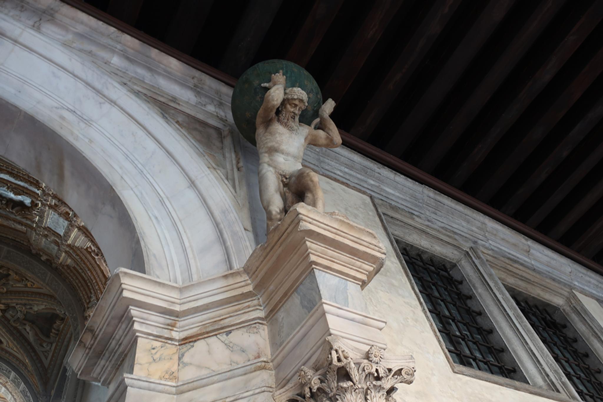 ドゥカーレ宮殿のアトラス像