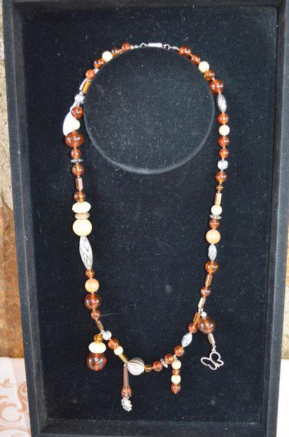Design + Handmade by Zeitzeugen-Manufactur. Modeschmuck Perlenkette, Unikat aus Kunststoff- und Holzperlen mit Metallelementen. Preis: 14,90 €